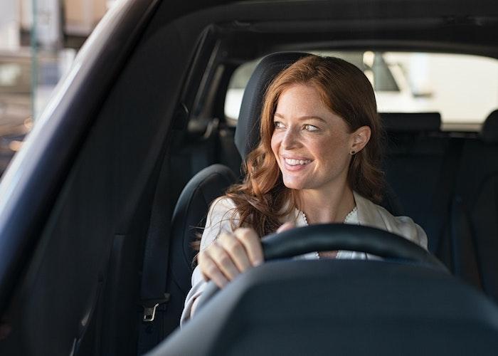 Kvinde der køre bil