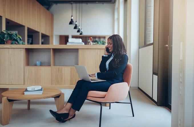 Business kvinde på stol med computer