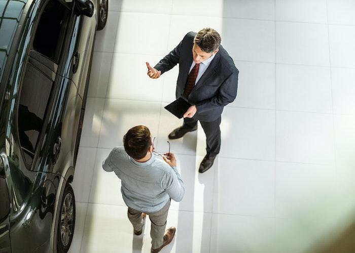 To mænd taler ved bil