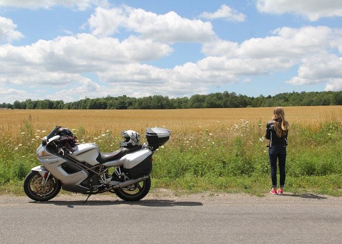 kvinde ved siden af motorcykel