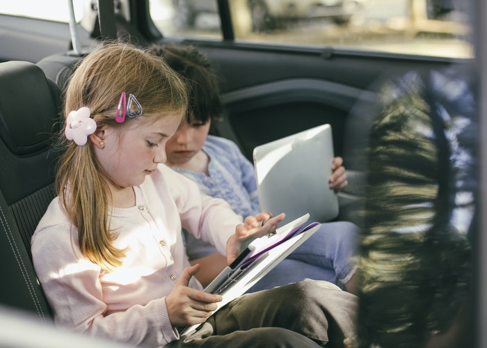 børn på bagsædet af bil