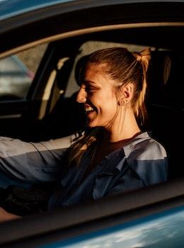 Glade kvinde i bil