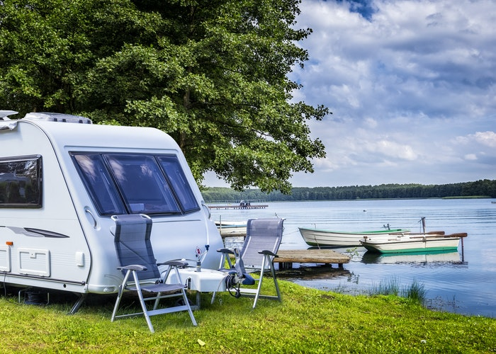 Campingvogn ved sø
