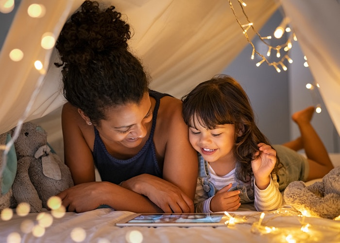 Mor og datter i telt med ipad