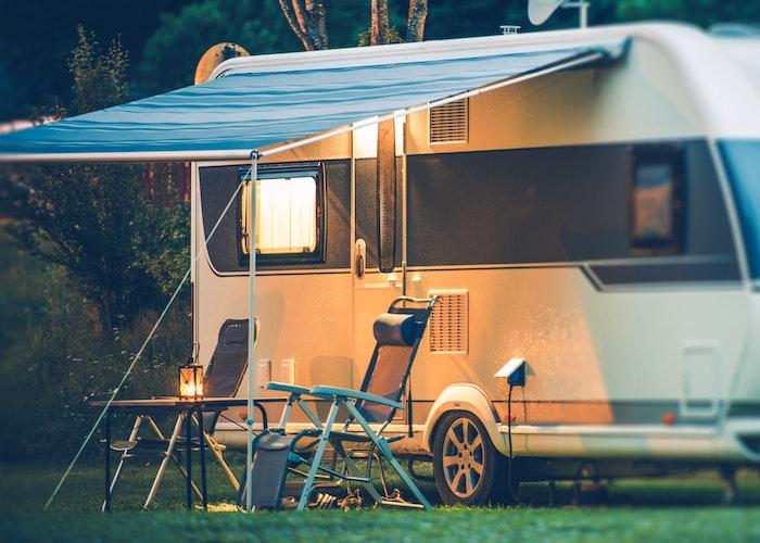 Aften ved campingvogn