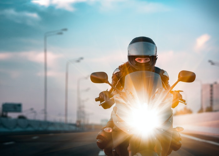 Person kører hurtigt på motorcykel