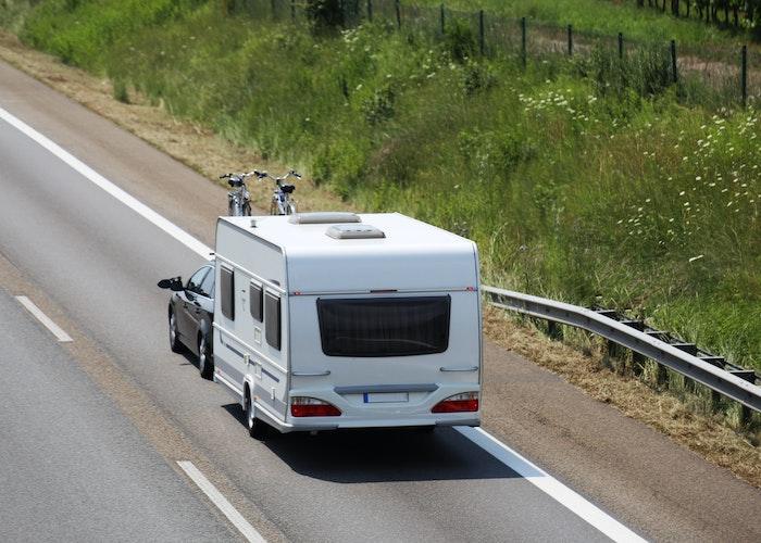 Bil med campingvogn