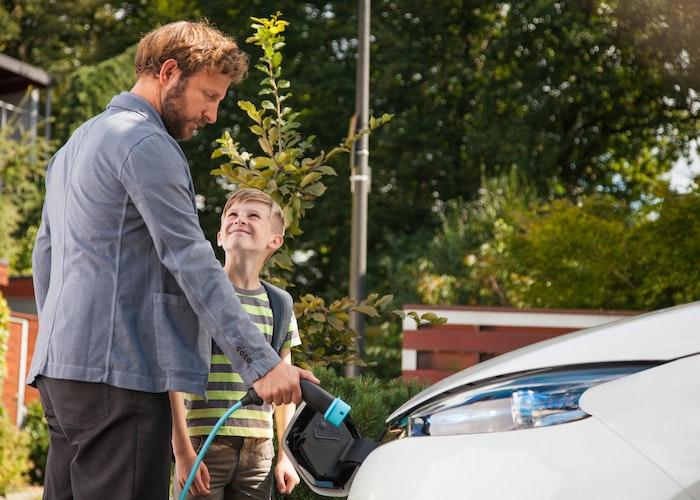 Far og søn oplader elbil