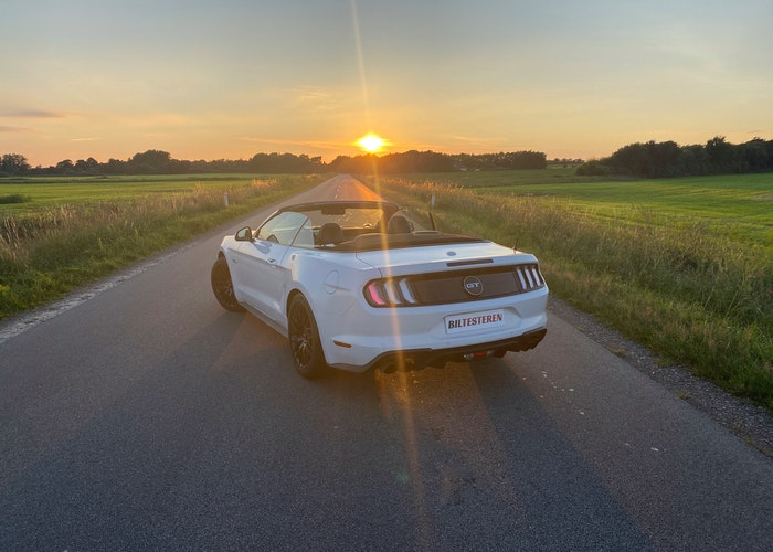 Ford mustang i solnedgang