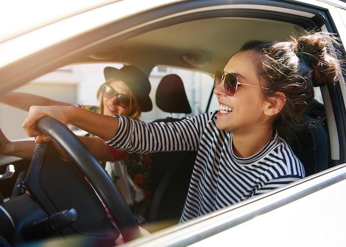 glade kvinder i bil