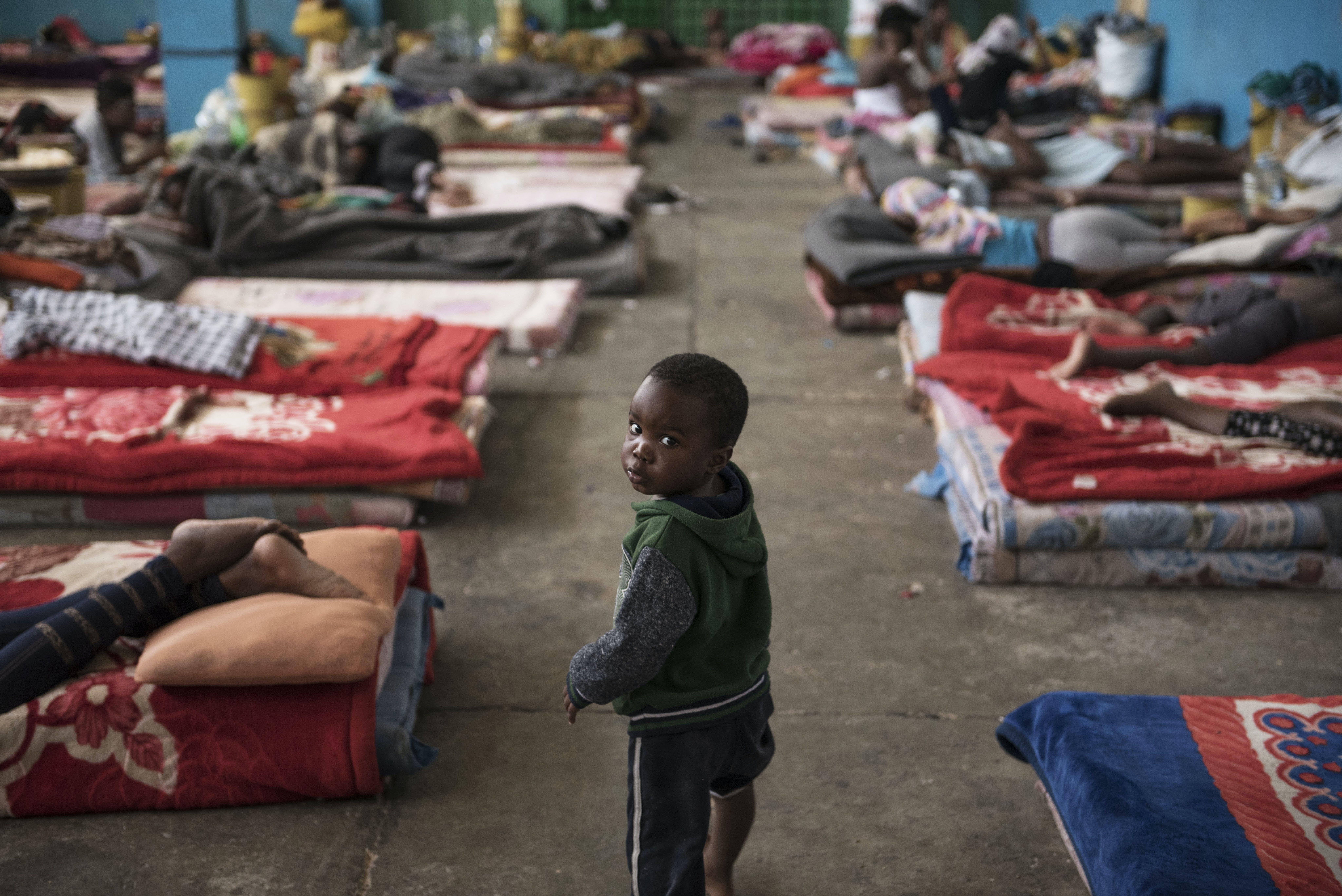 bambino nel campoprofughi