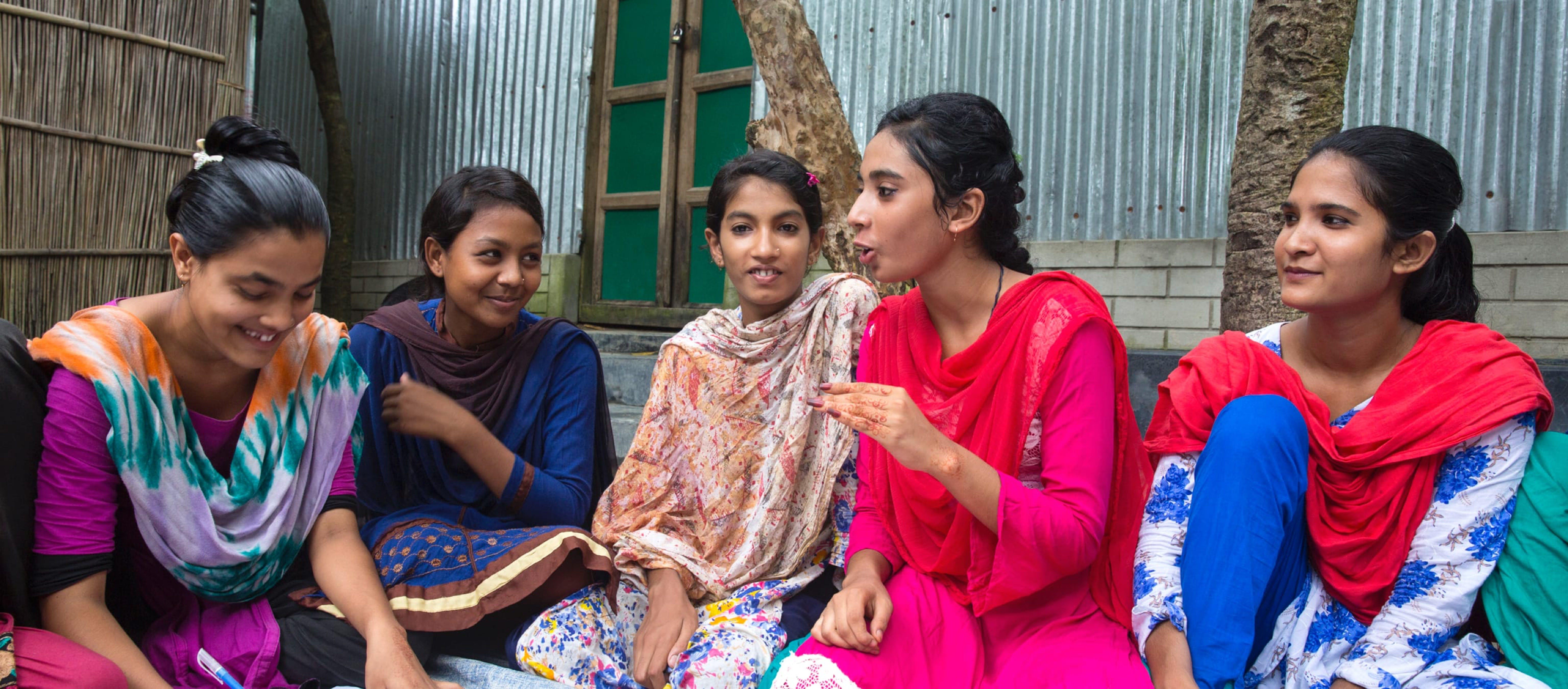 Riunione di adolescenti bengalesi, in Bangladesh.