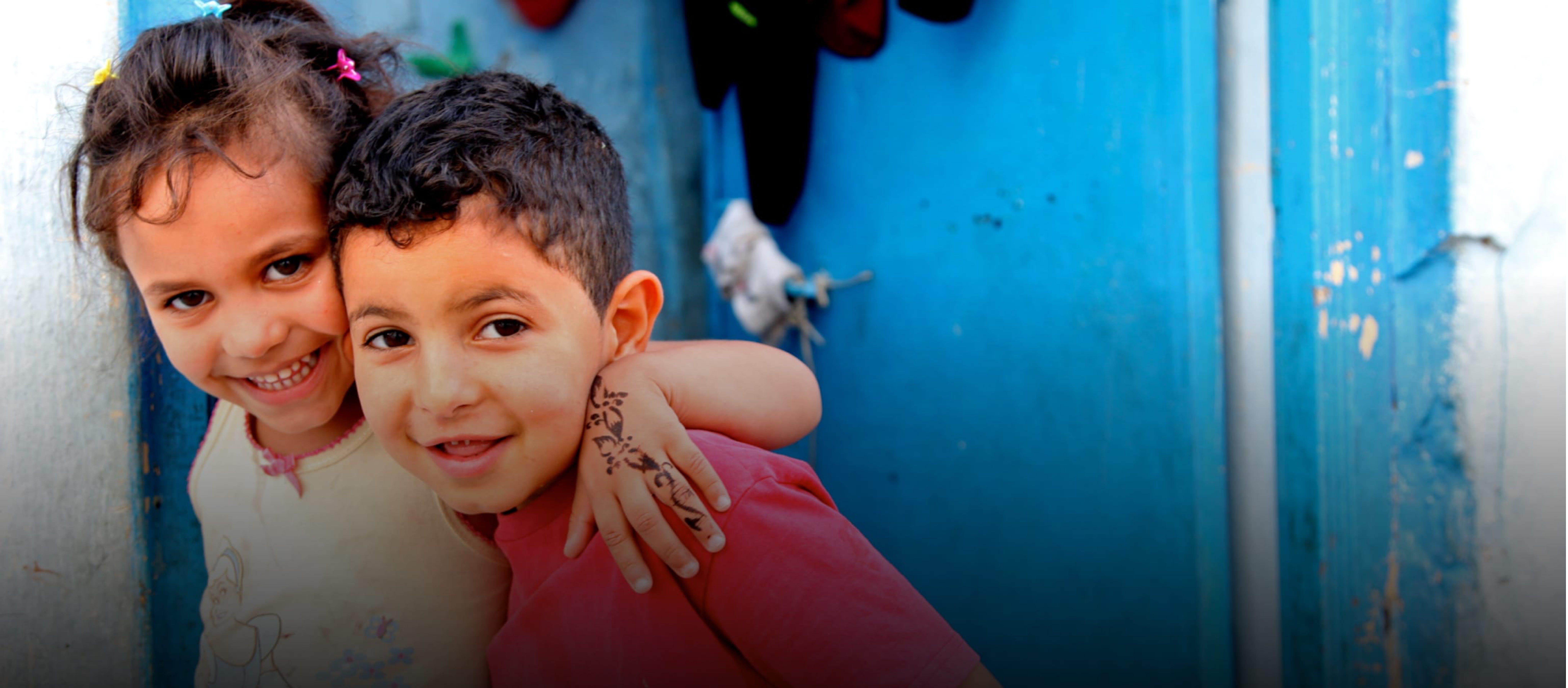 Un fratello e una sorella in un quartiere popolare di Tunisi.