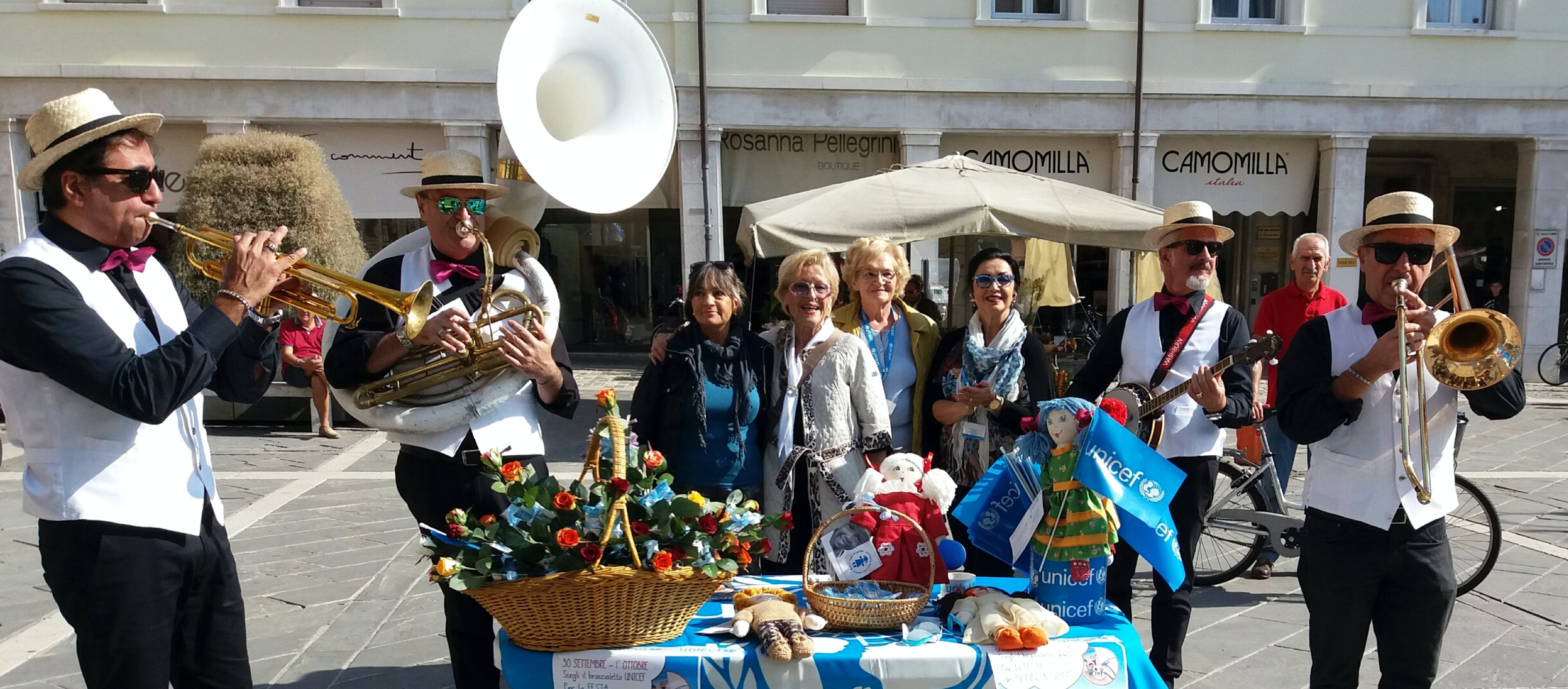 Ogni anno i volontari UNICEF festeggiano i nonni e le nonne.