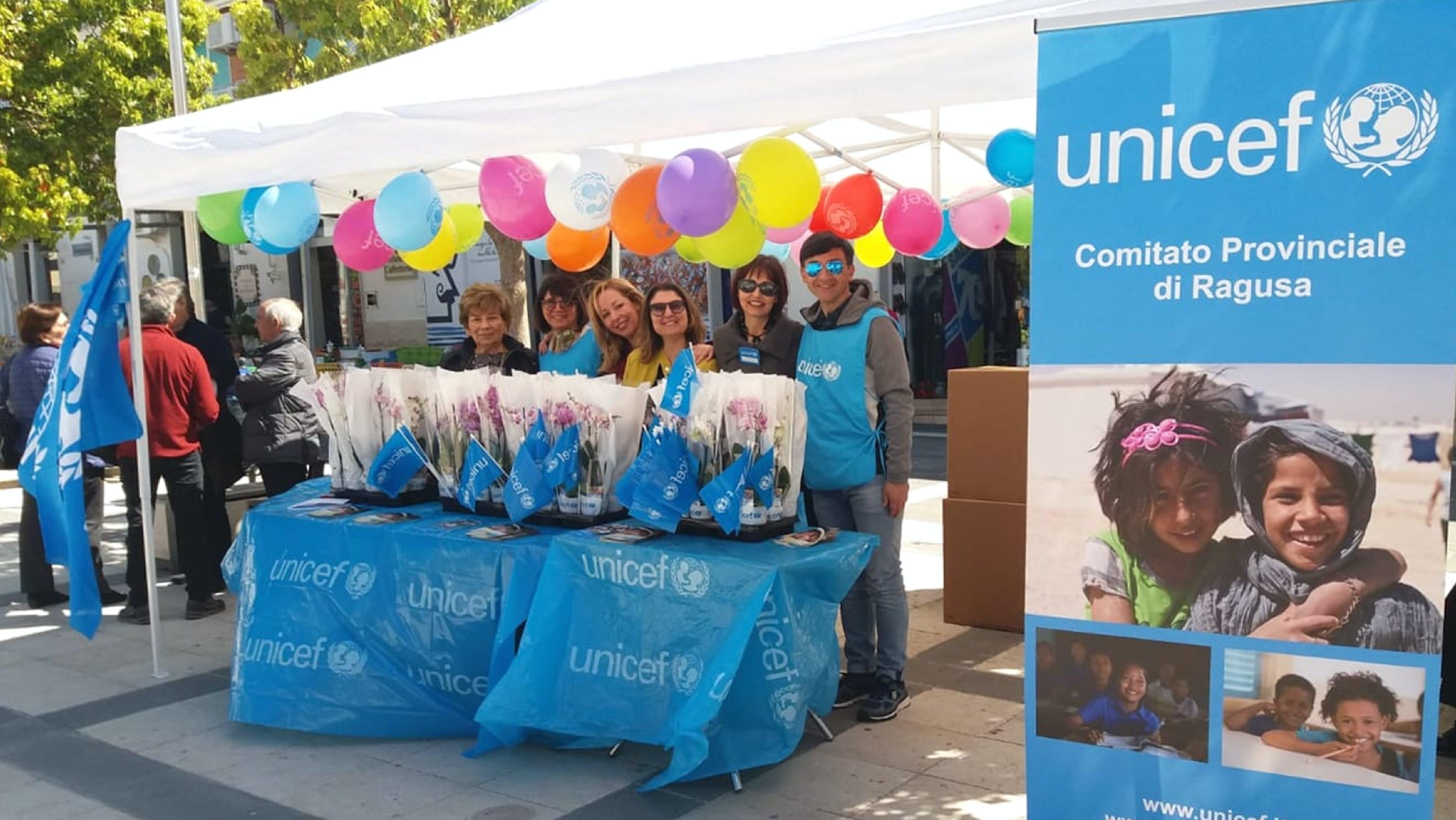 Elisa e i volontari del Comitato UNICEF di Ragusa
