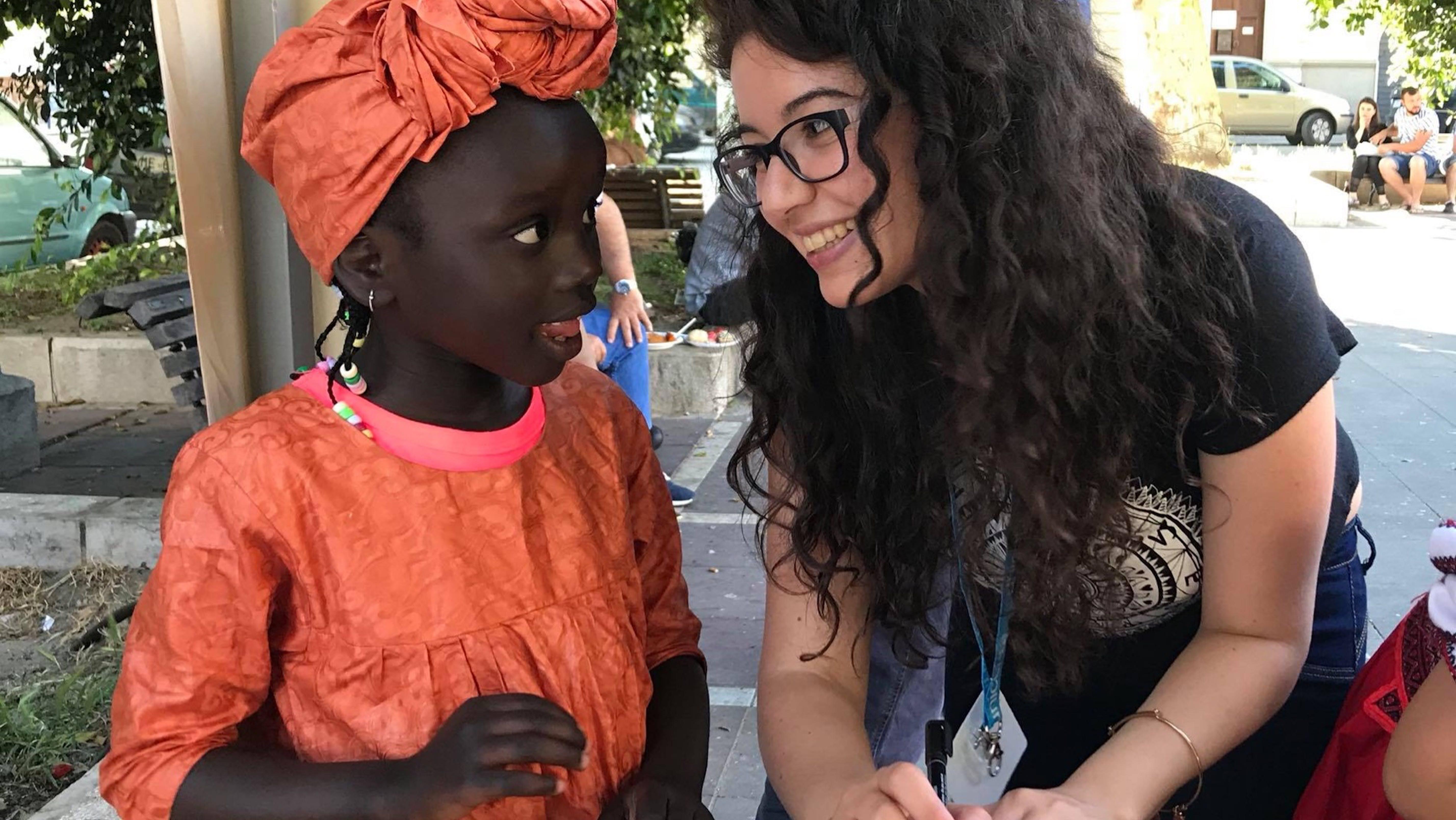 Volontaria YOUNICEF parla con una bambina