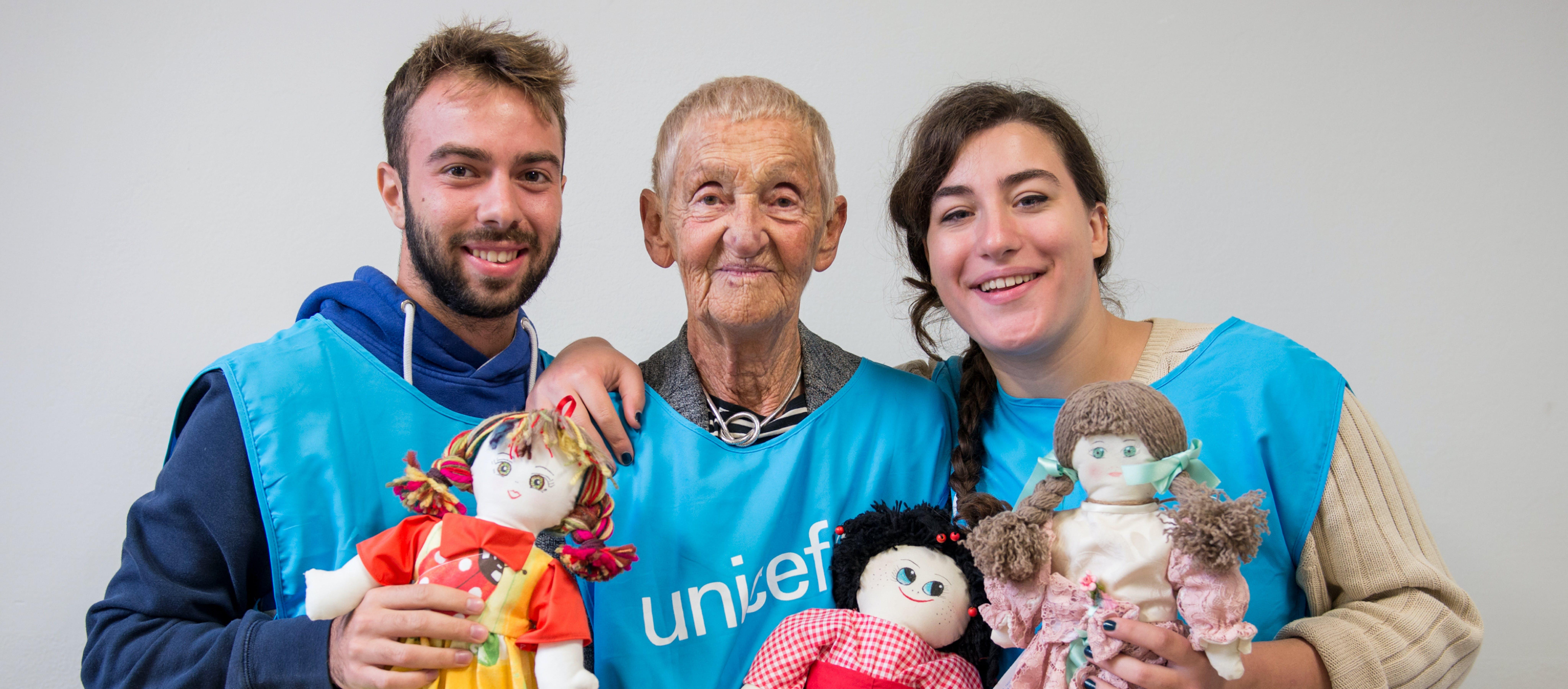 I volontari con la Pigotta di UNICEF