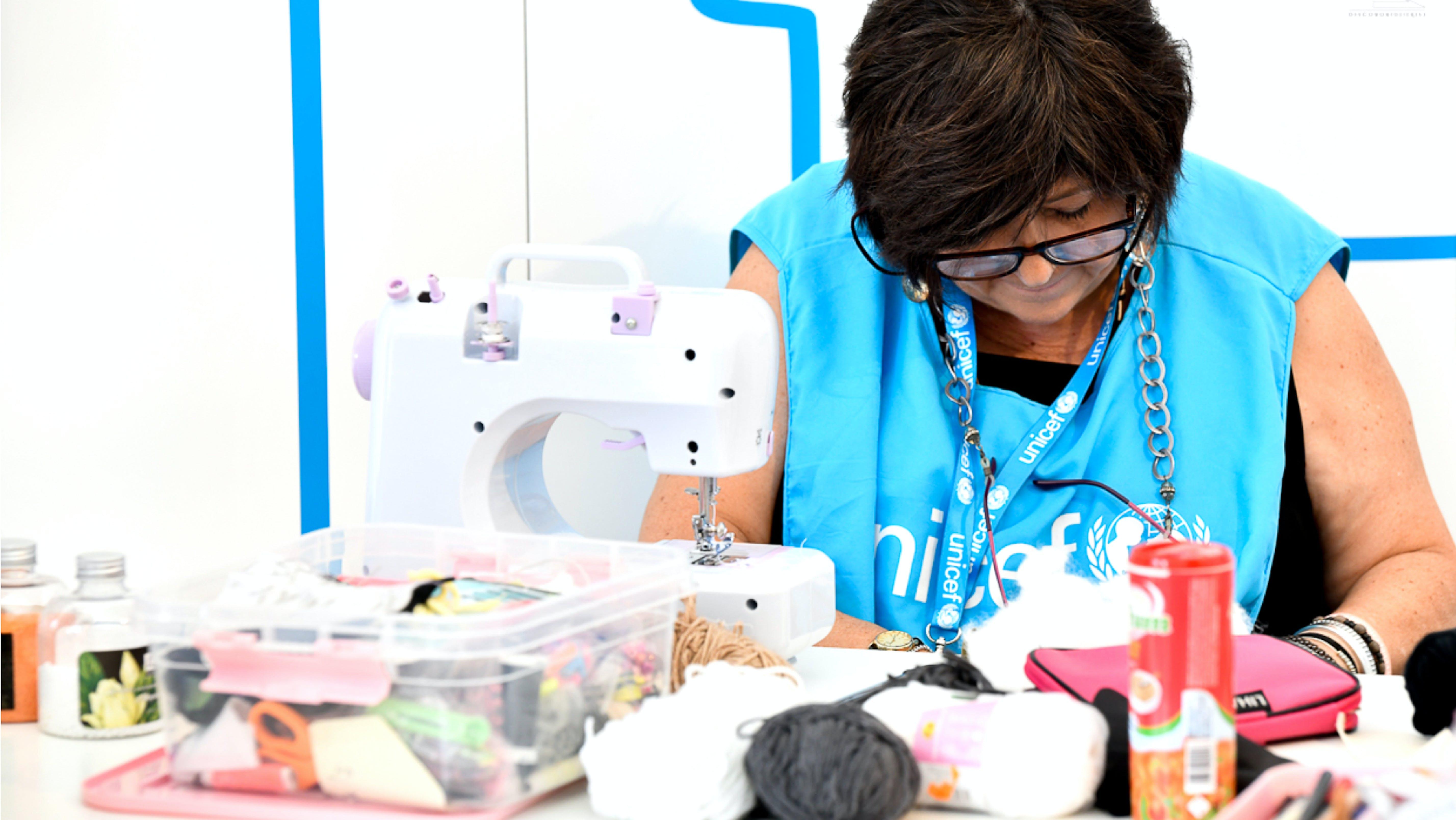 Una volontaria realizza la Pigotta UNICEF