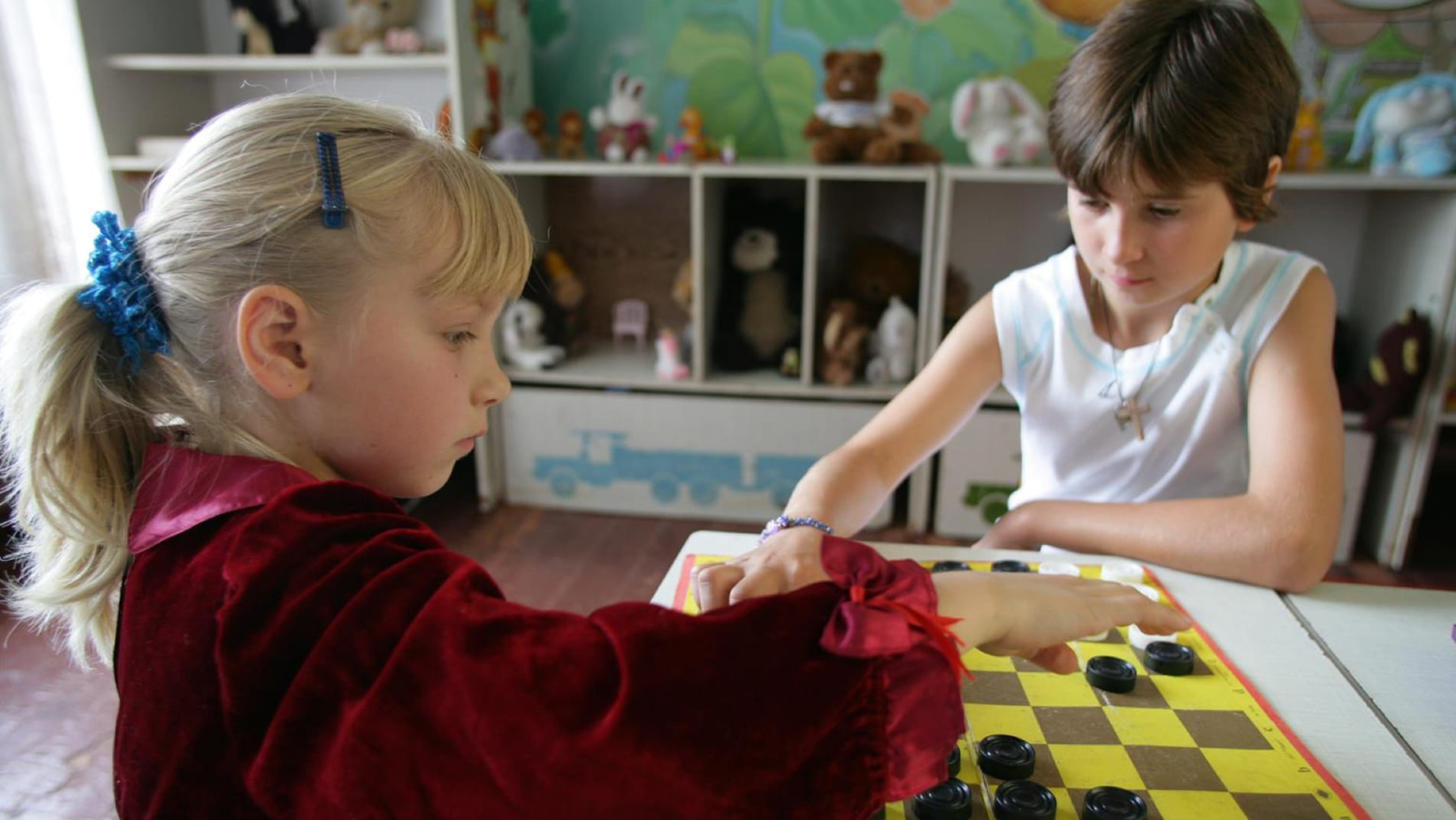 Sveta e Natasha giocano a scacchi nel rifugio per bambini abbandonati e orfani in Ucraina.