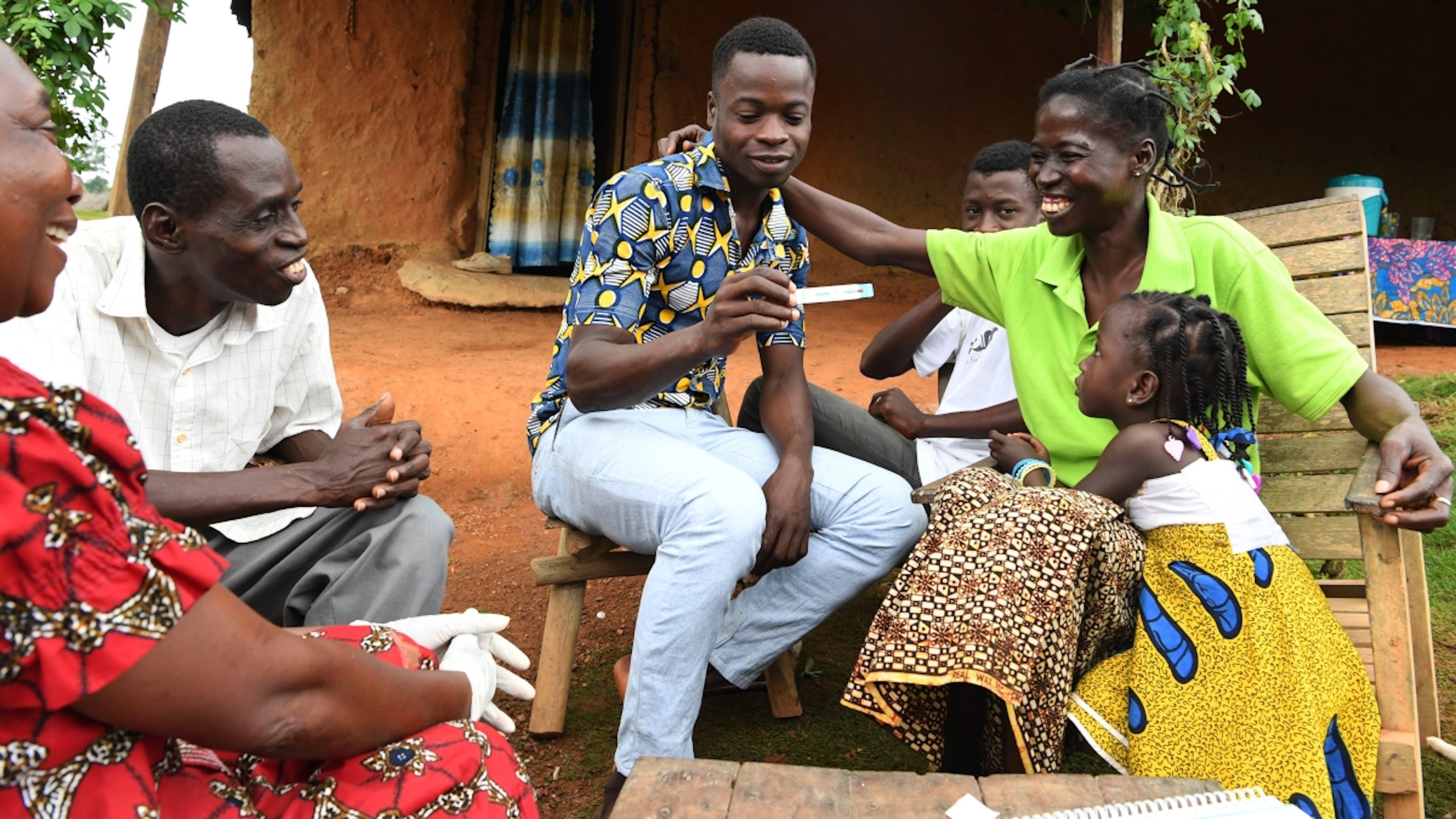 Una famiglia effettua il test di diagnosi domiciliare per l'HIV, nel sudovest della Costa d'Avorio.