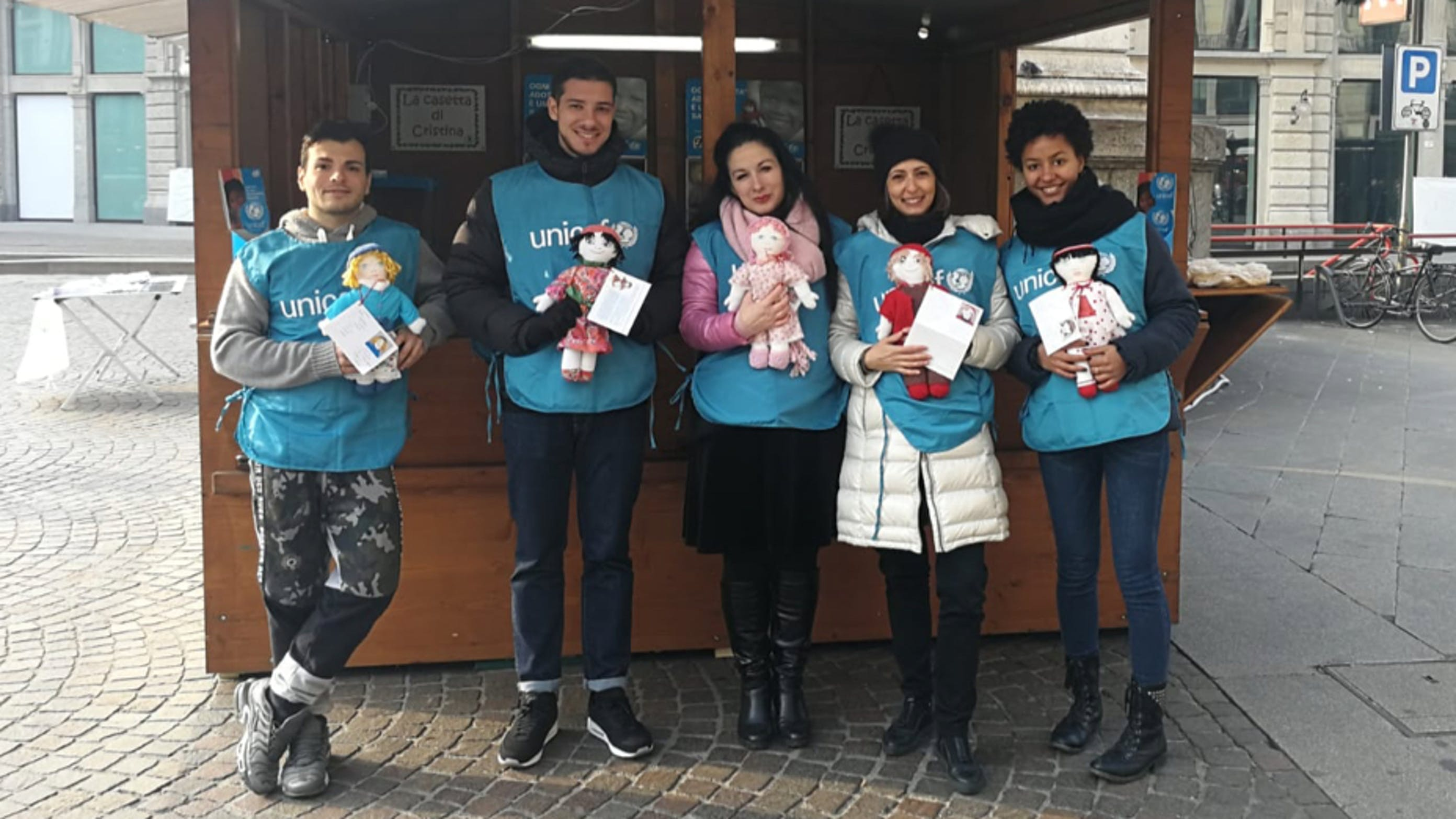 I volontari dell'UNICEF di Milano al banchetto con la Pigotta