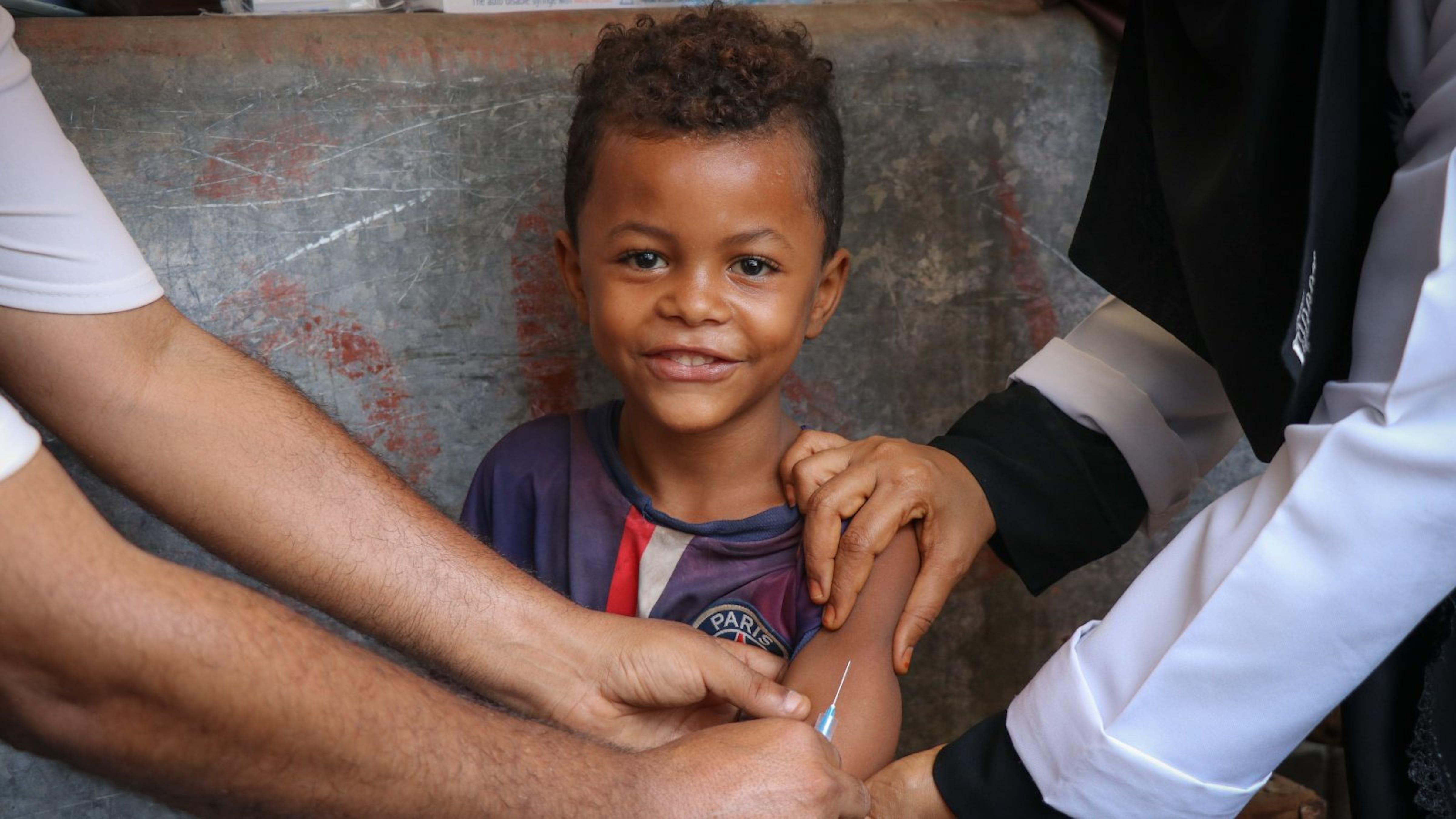Bambino sta per ricevere un vaccino