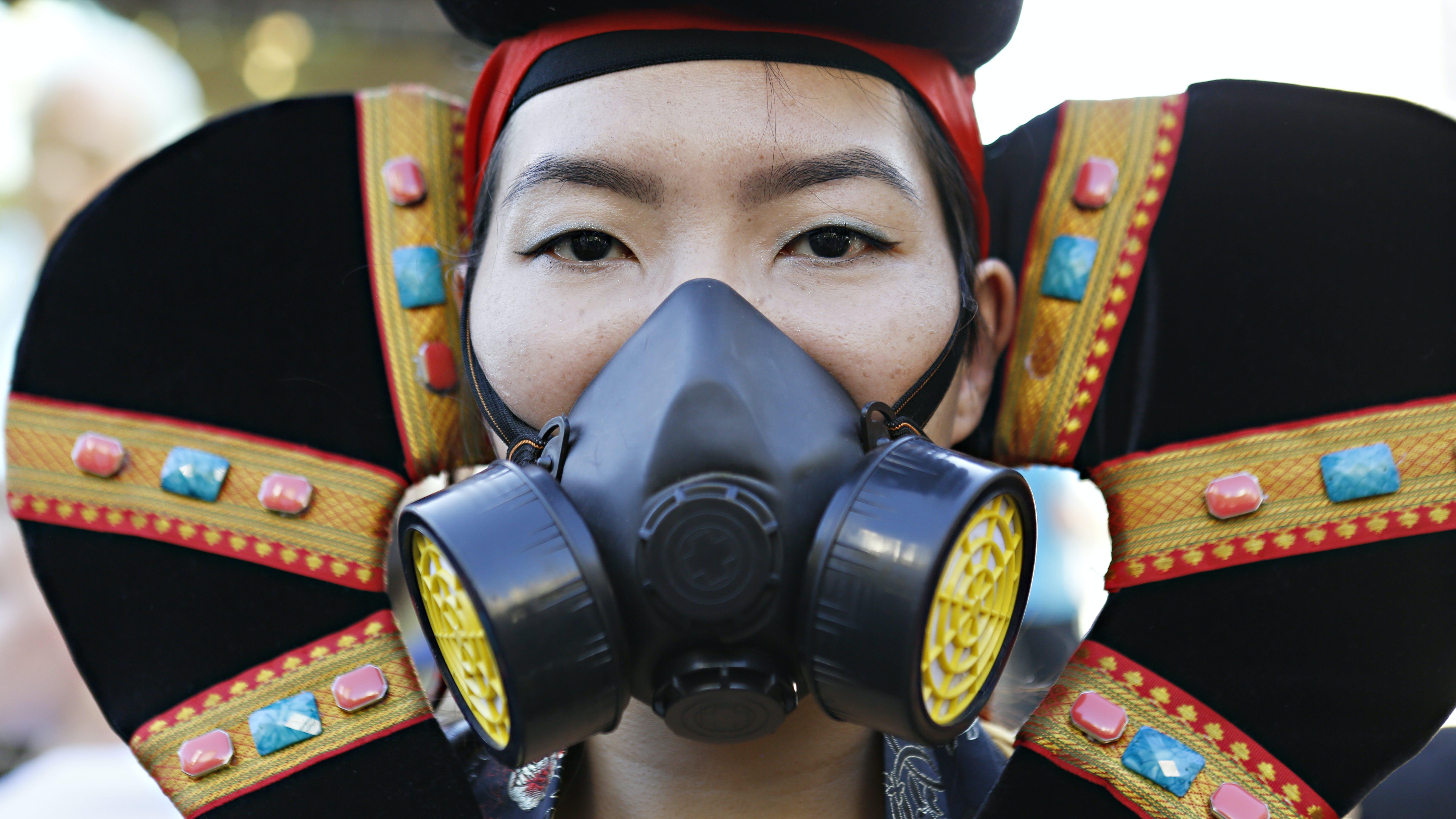 New york, una ragazza indossa una maschera antigas durante una manifestazione.