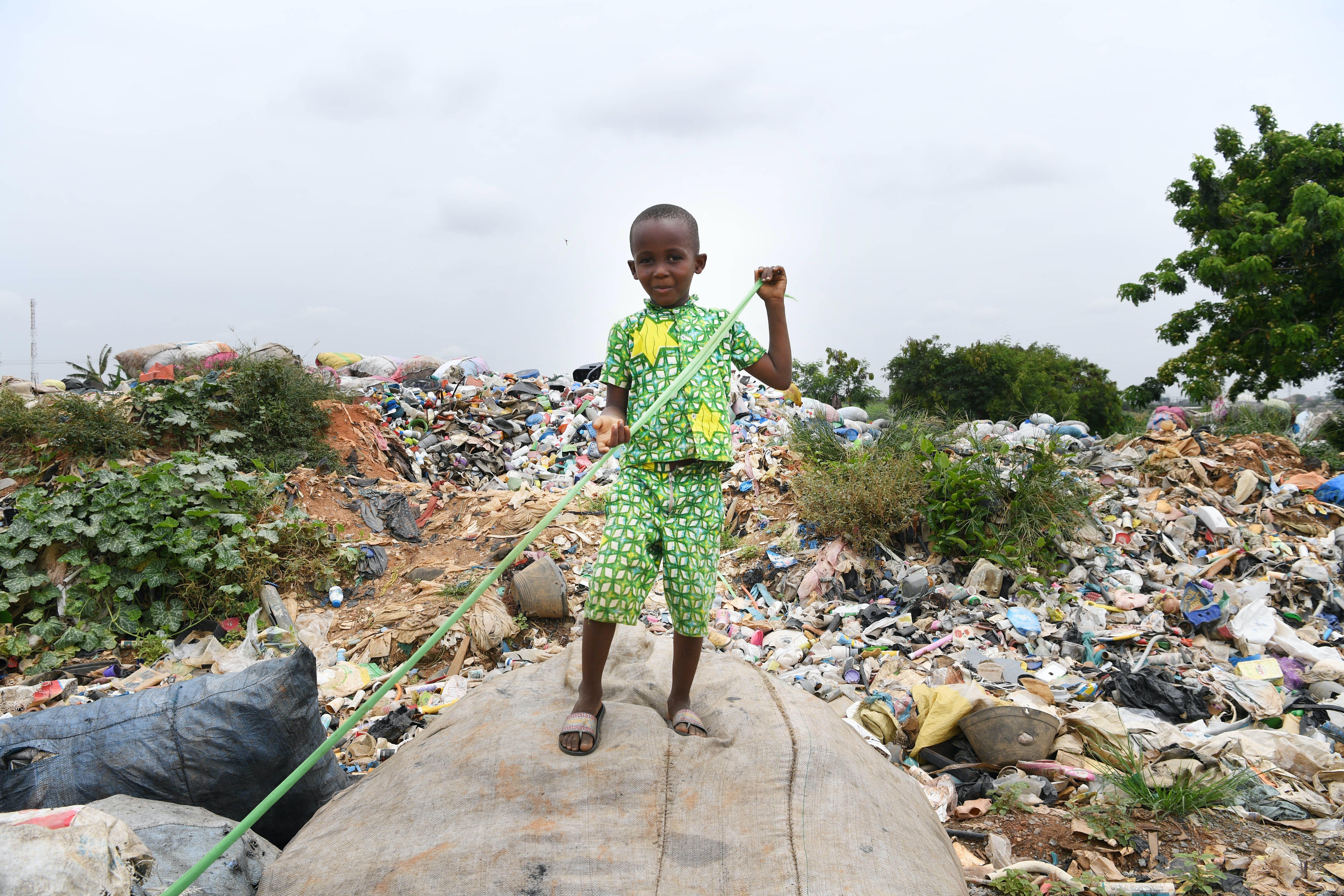 Un bambino gioca in una discarica ad Abidjan, in Costa d'Avorio.