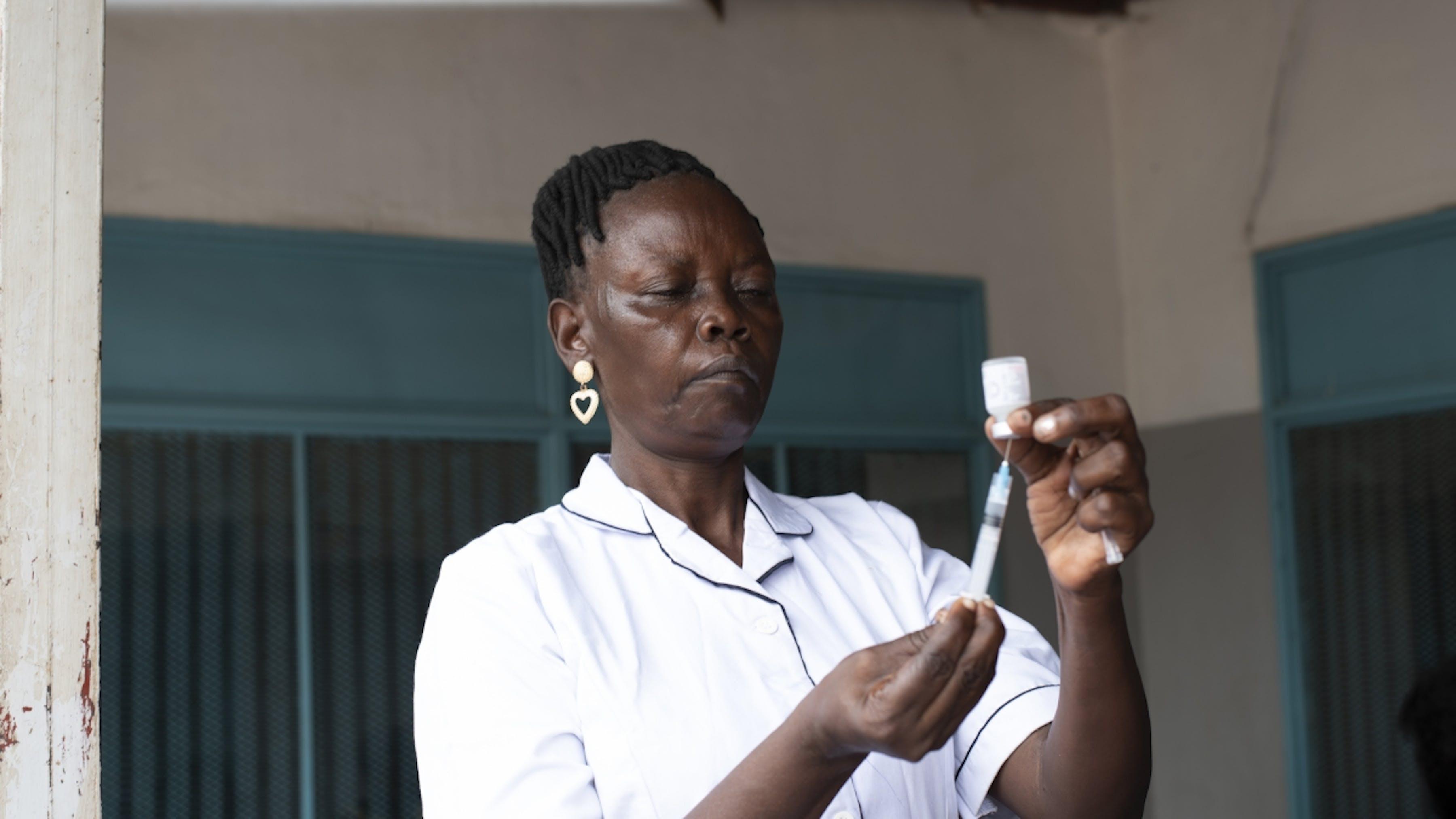 Sud Sudan, un'infermiera prepara un vaccino da somministrare