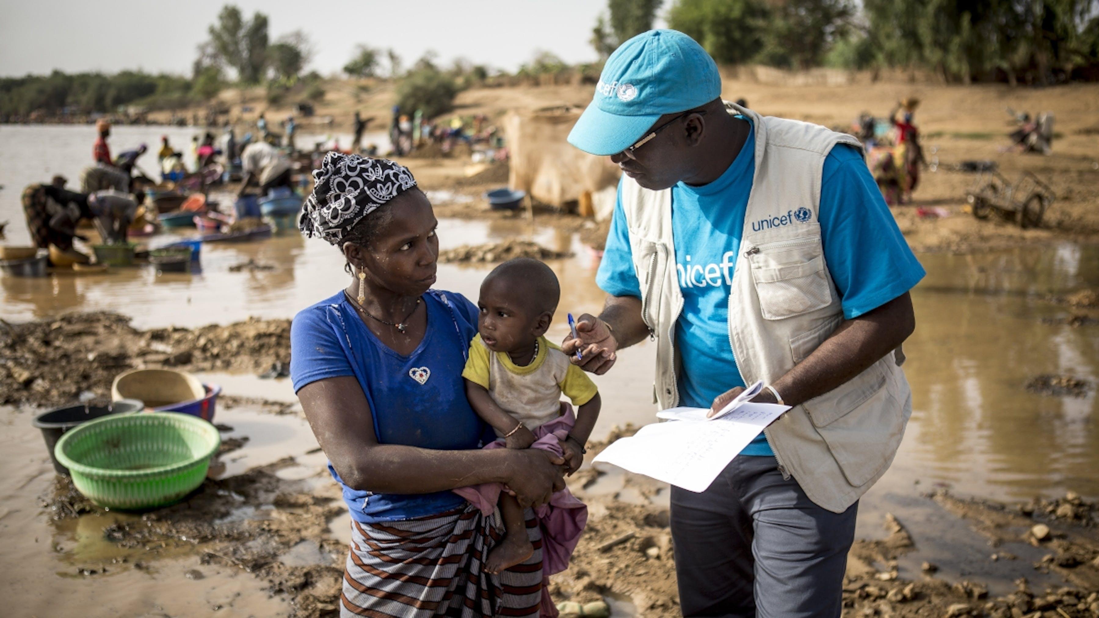 Mali, un operatore sanitario sensibilizza una donna sull'importanza della vaccinazione