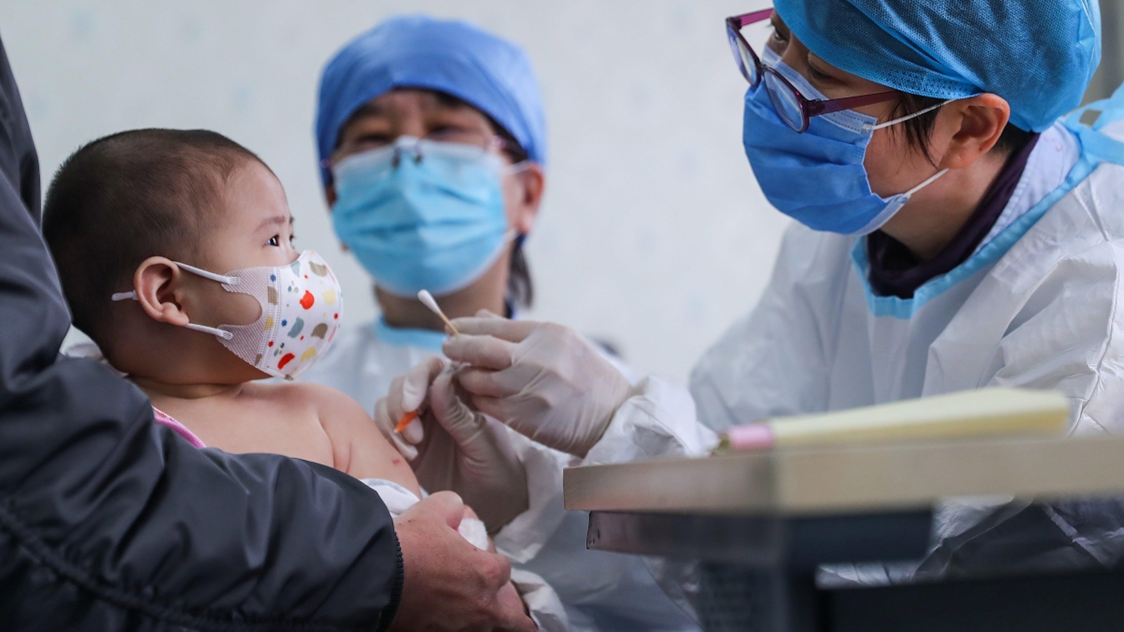 Cina, un bambino di 6 mesi riceve un vaccino in un centro sanitario comunitario a Pechino
