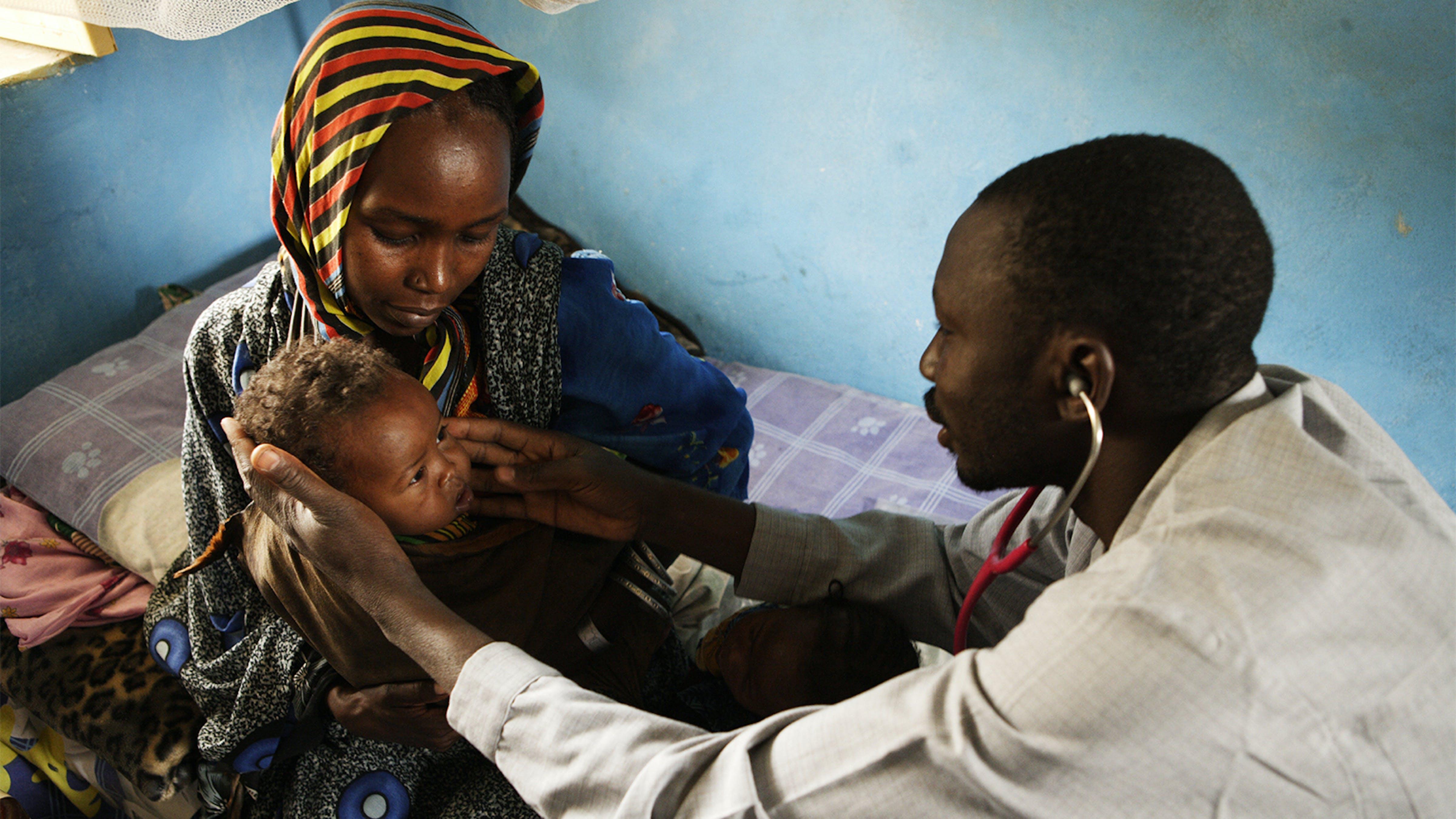 Bambina viene visitata da un medico