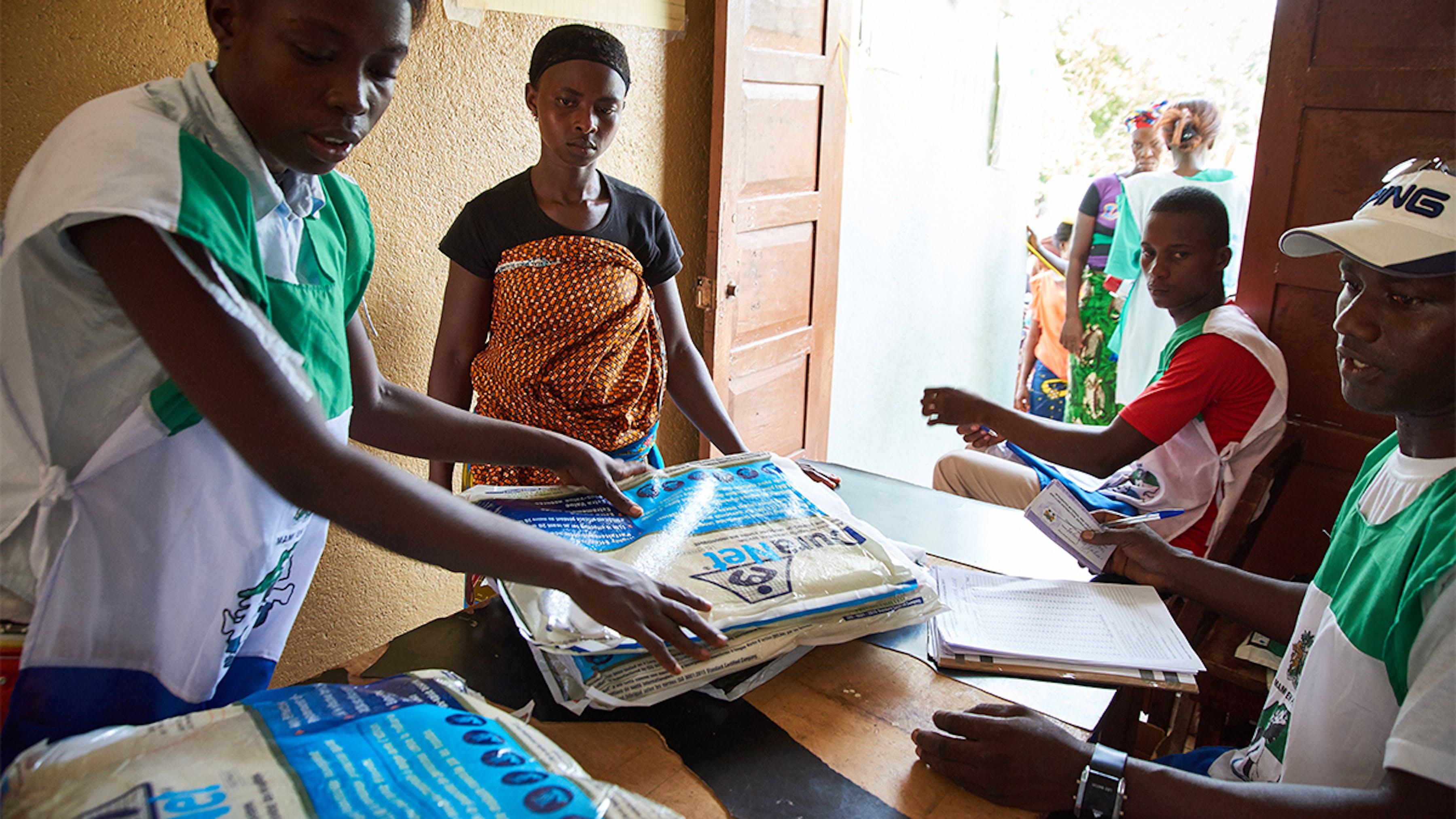 Sierra Leone, operatori sanitari distribuiscono zanzariere a Fatmata Ernest e a suo figlio Abibatu Ernes
