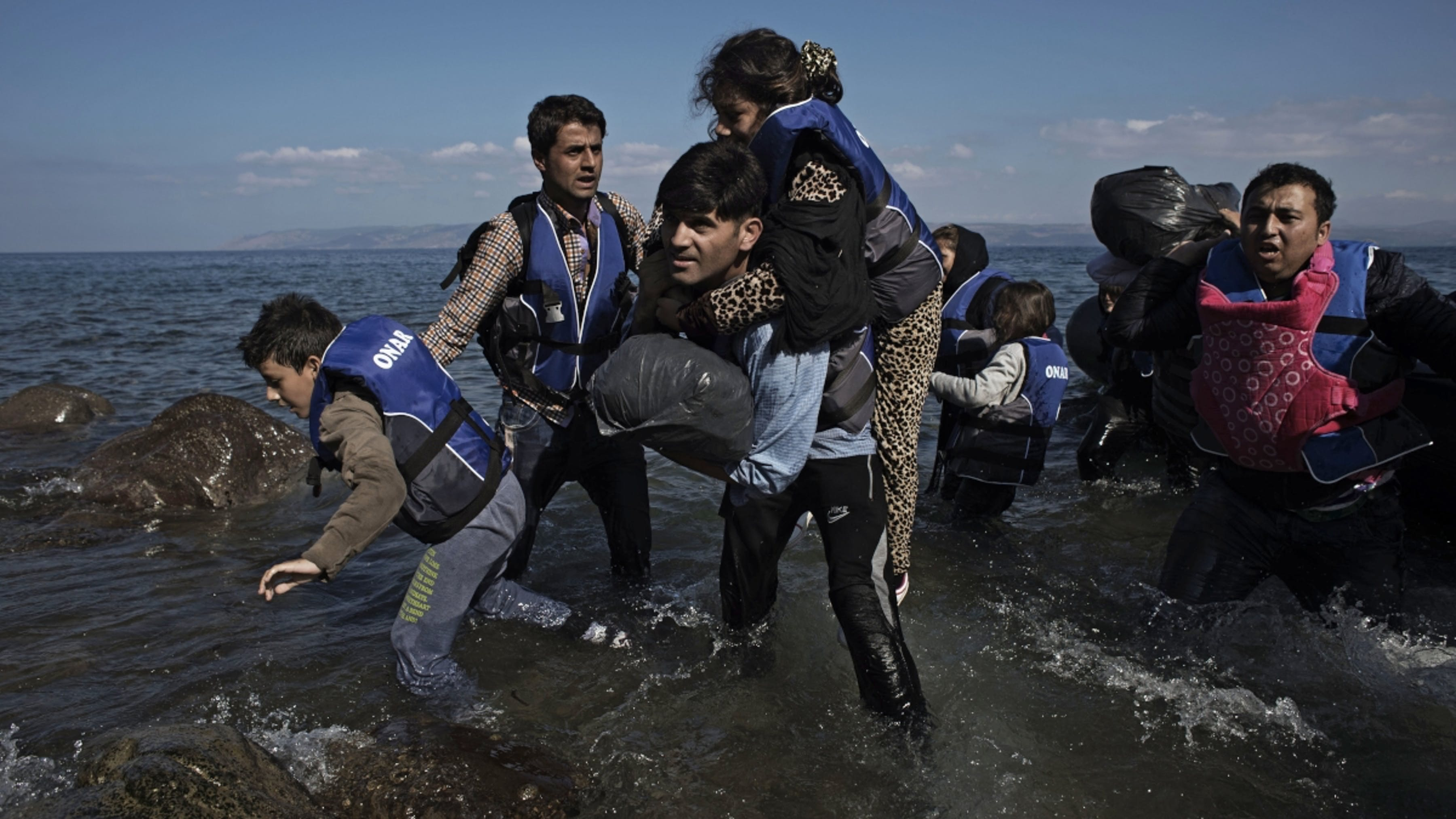 Grecia, migranti siriani approdano all'isola di Lesbo.