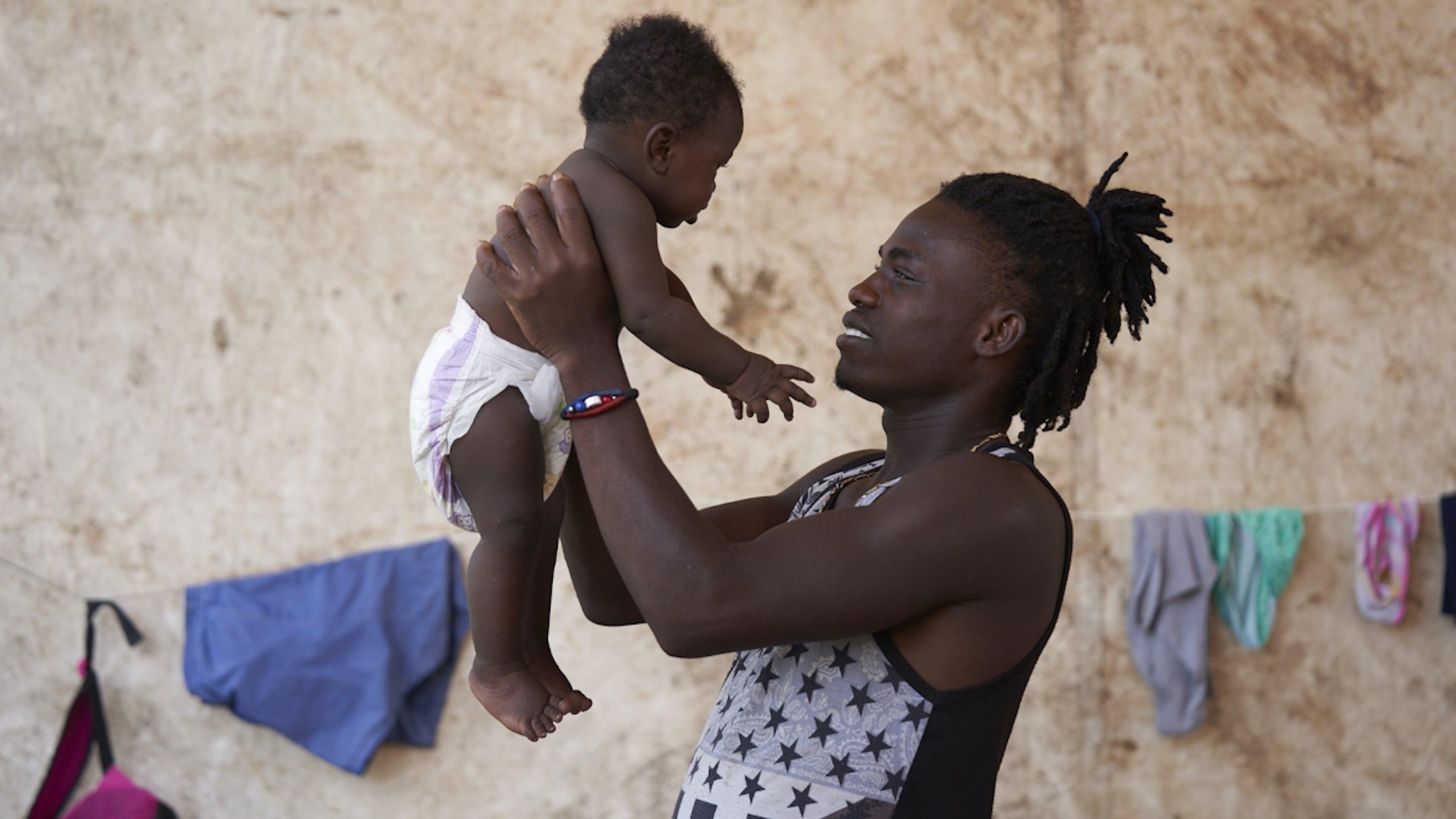 Panama, una caregiver gioca con un bambino rifugiato in centro di accoglienza per migranti e rifugiati.