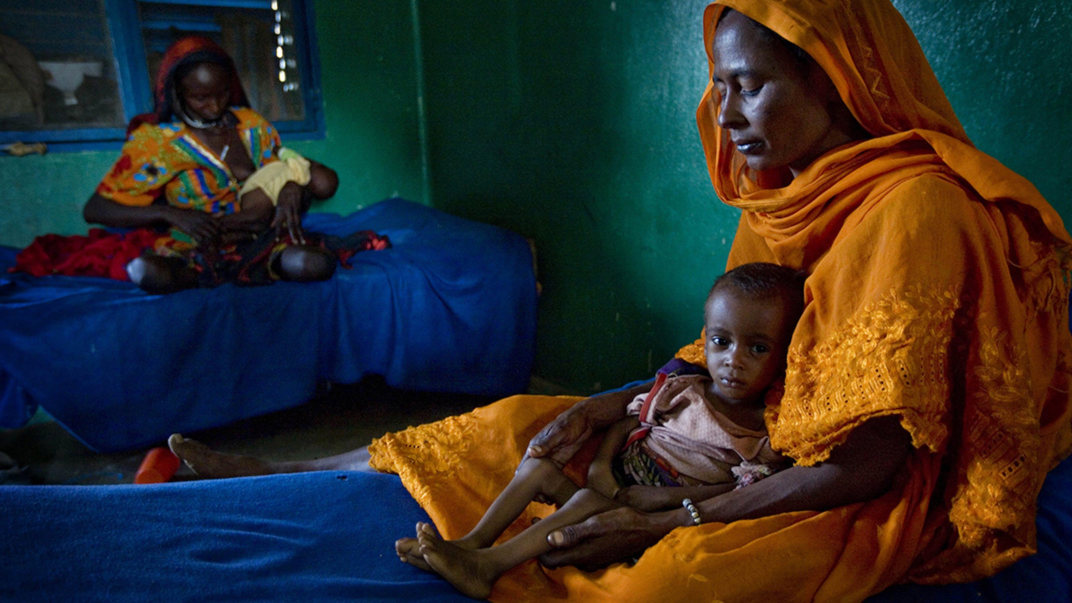 Alcune mamme con i loro bambini nel centro di alimentazione terapeutica presso la regione Ouaddaï, Ciad.