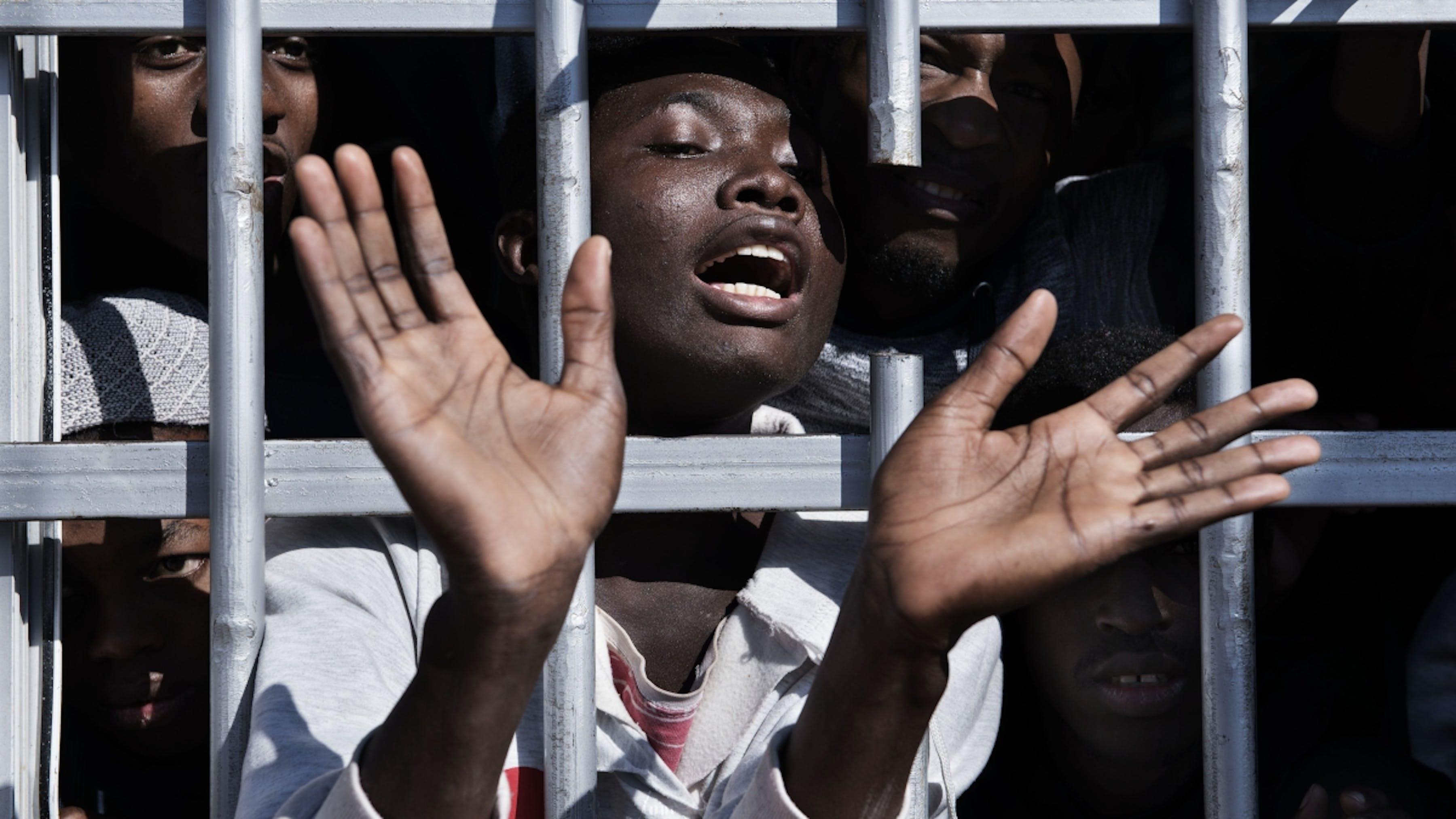Libia, un ragazzo rifugiato rinchiuso nel centro di detenzione.