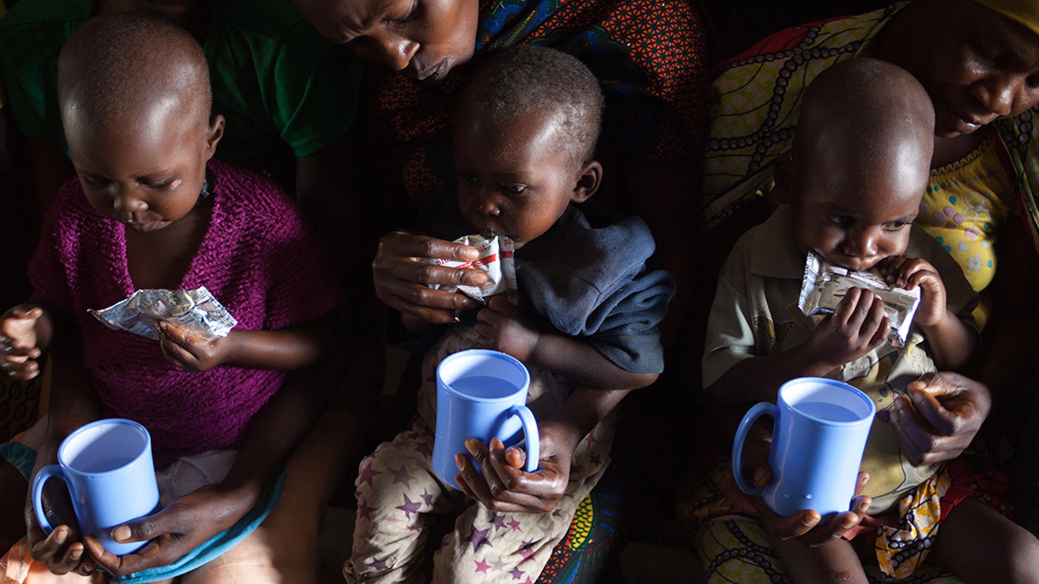 Congo, alcune bambine vengono nutrite con un alimento terapeutico pronto per l'uso