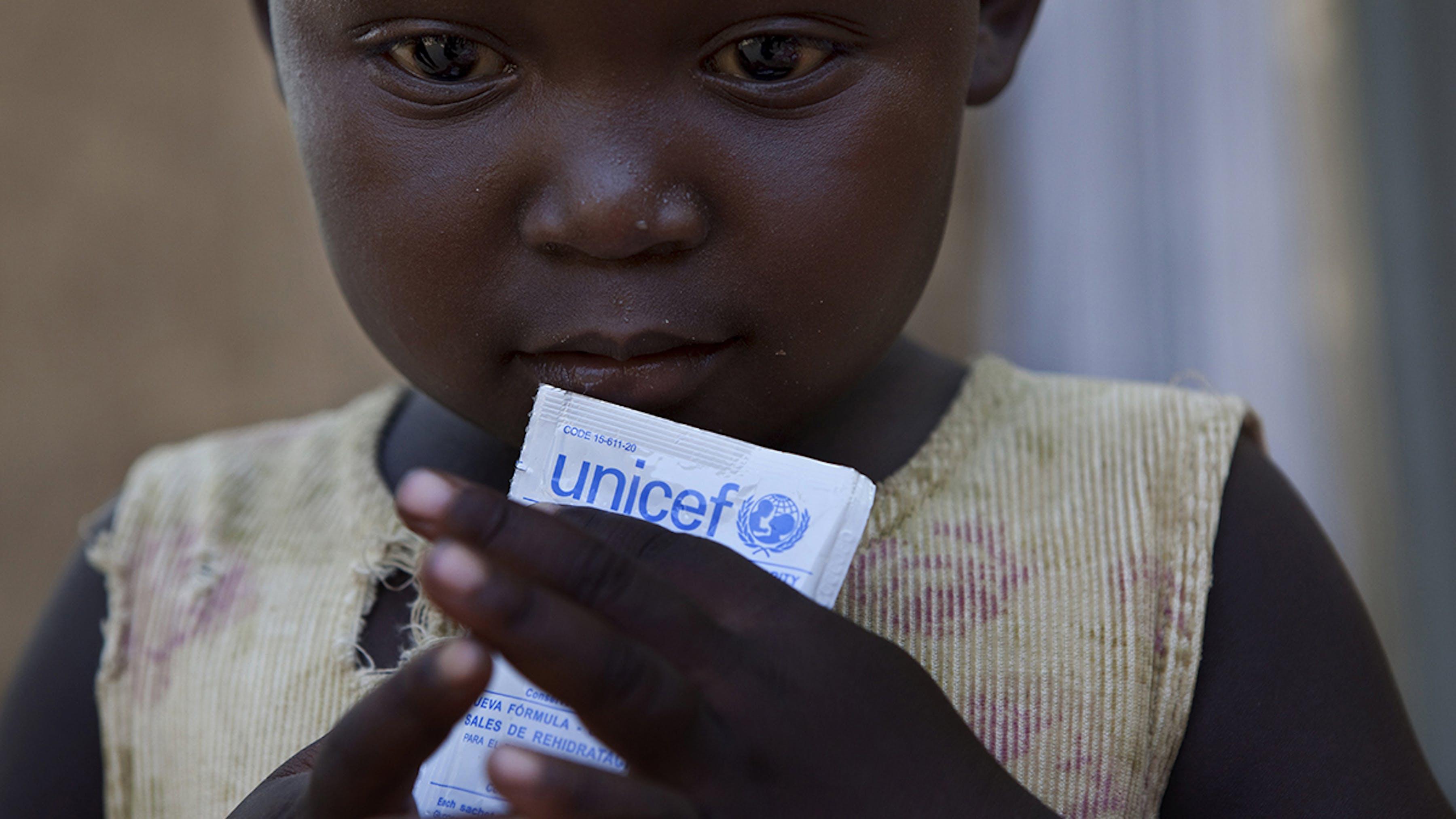 Ciad, una bambina che soffriva di diarrea acuta assume una bustina di sali reidratanti