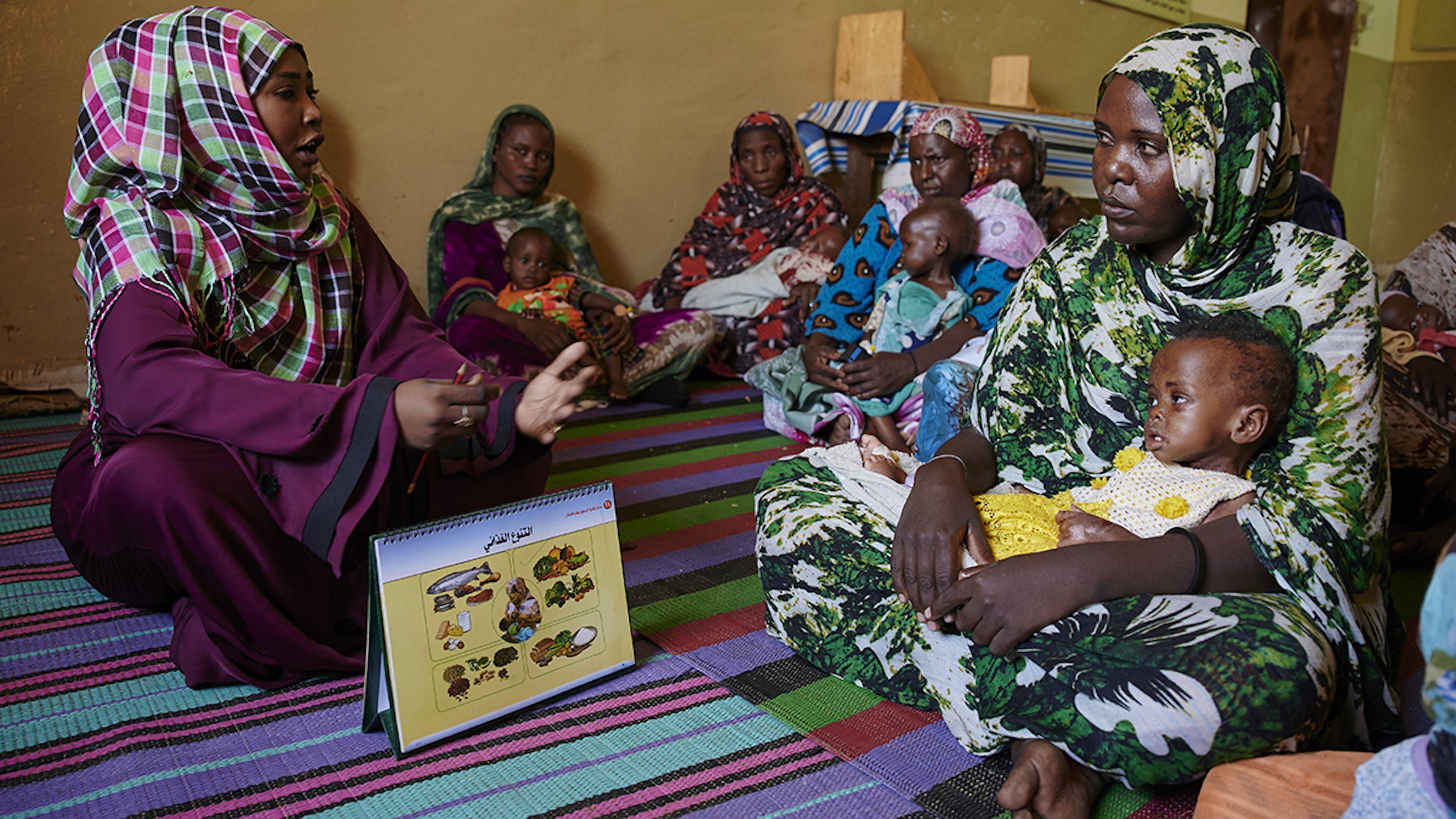 Sudan, una consulente nutrizionale comunica a un gruppo di donne l'importanza dell'allattamento al seno