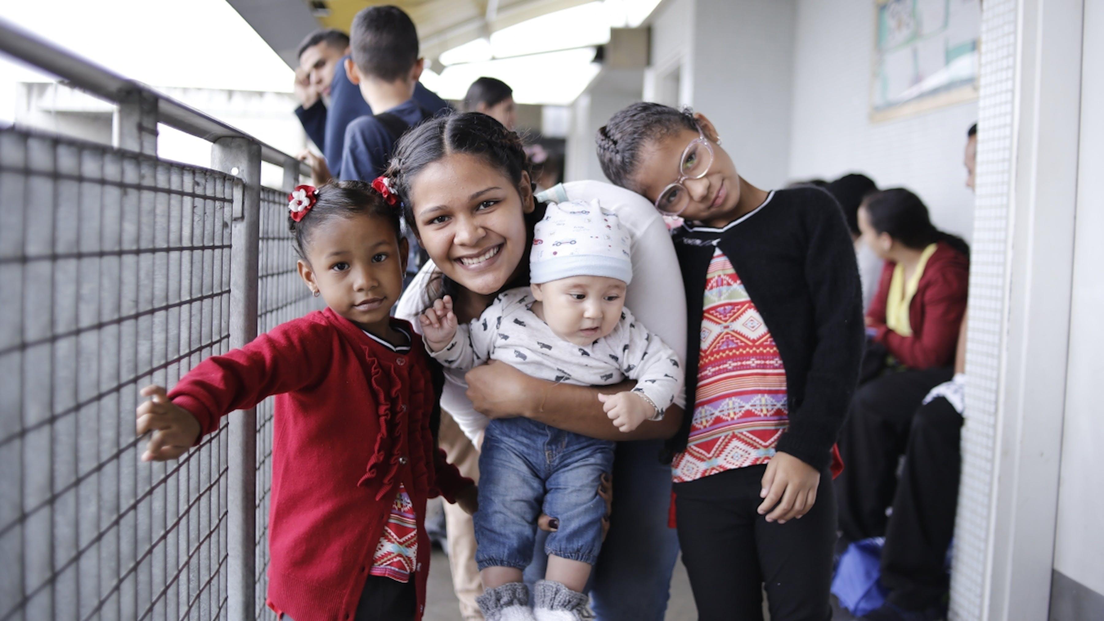 Venezuela, in un centro sanitario bambini e donne incinte aspettano di essere immunizzati contro la febbre gialla.