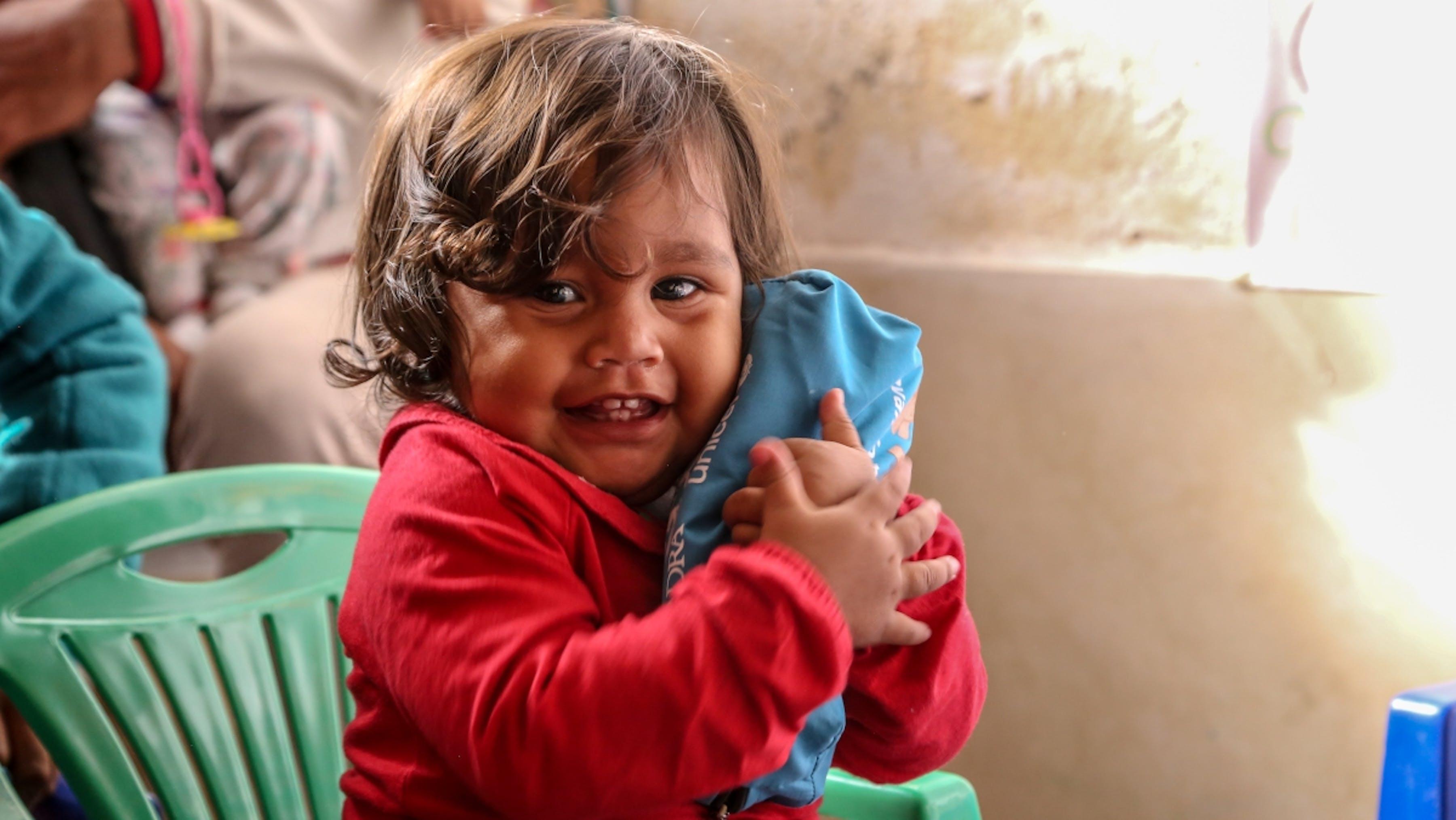 Equador, una bmabina di un anno viaggia con la madre dal Venezuela, alla città ecuadoriana di Ibarra.