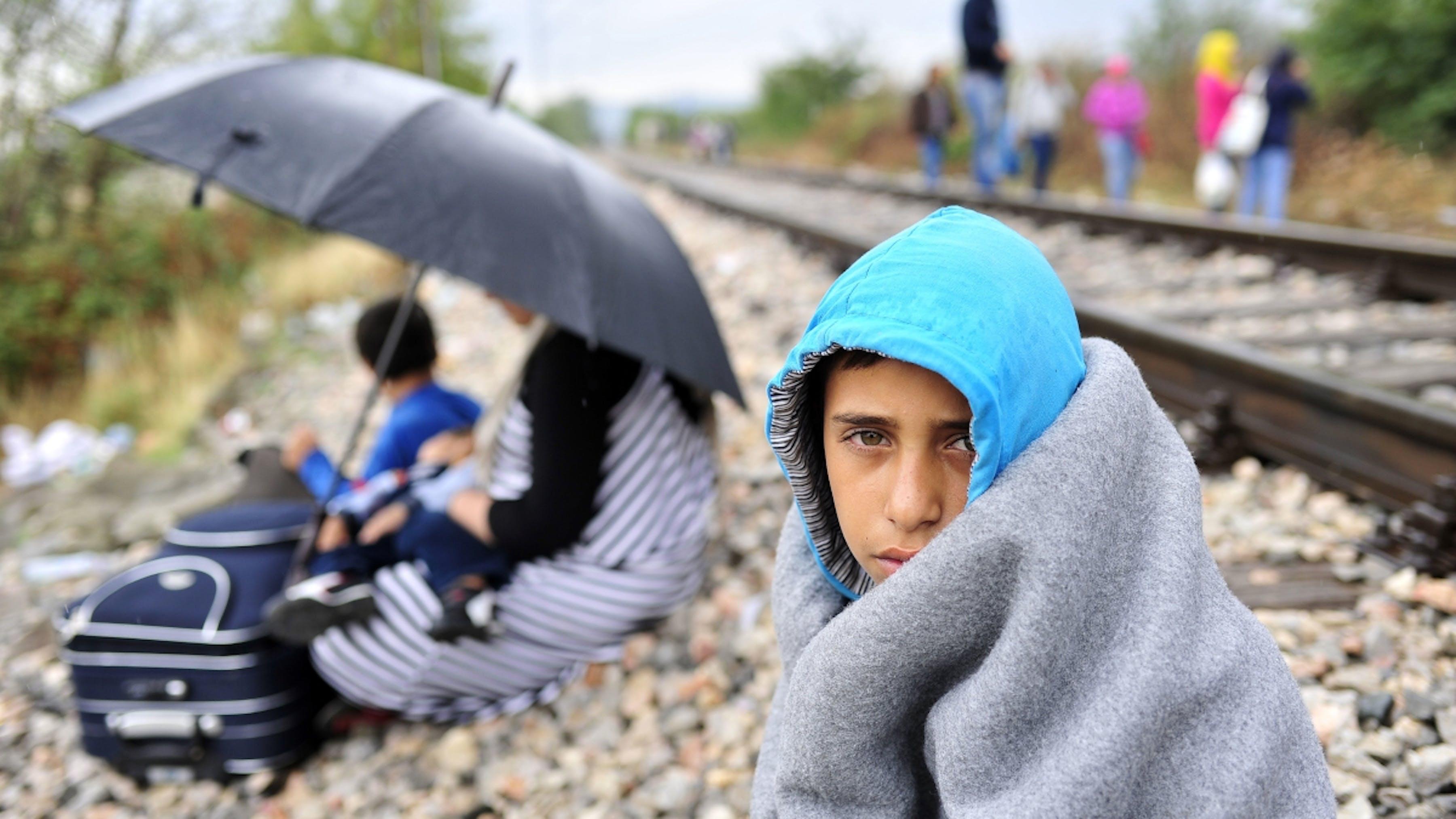Macedonia, un ragazzo avvolto in una coperta vicono al confine con la Grecia.