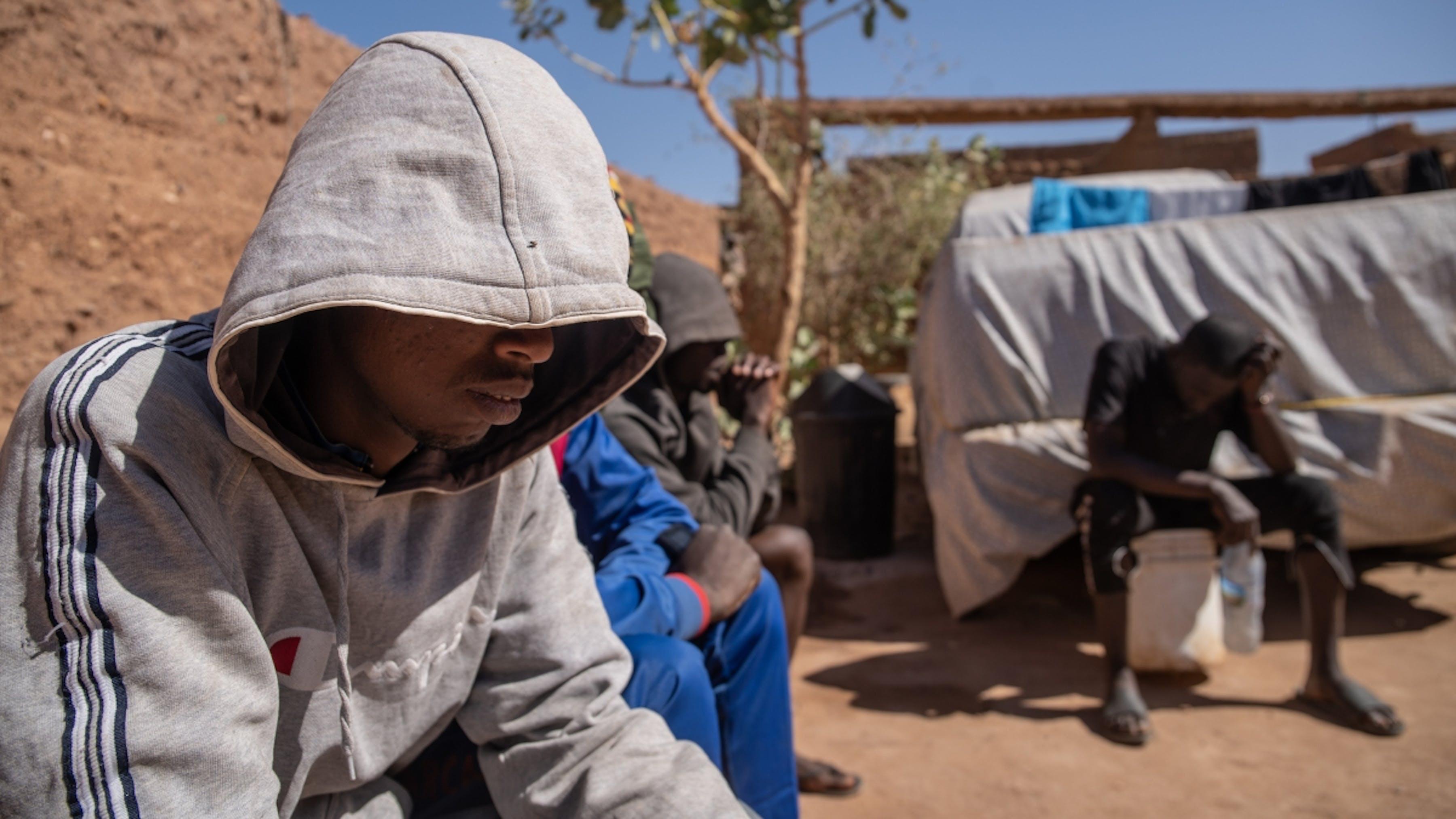 Niger, migranti dal Gambia e dal Mali nel ghetto clandestino per migranti di Agadez.