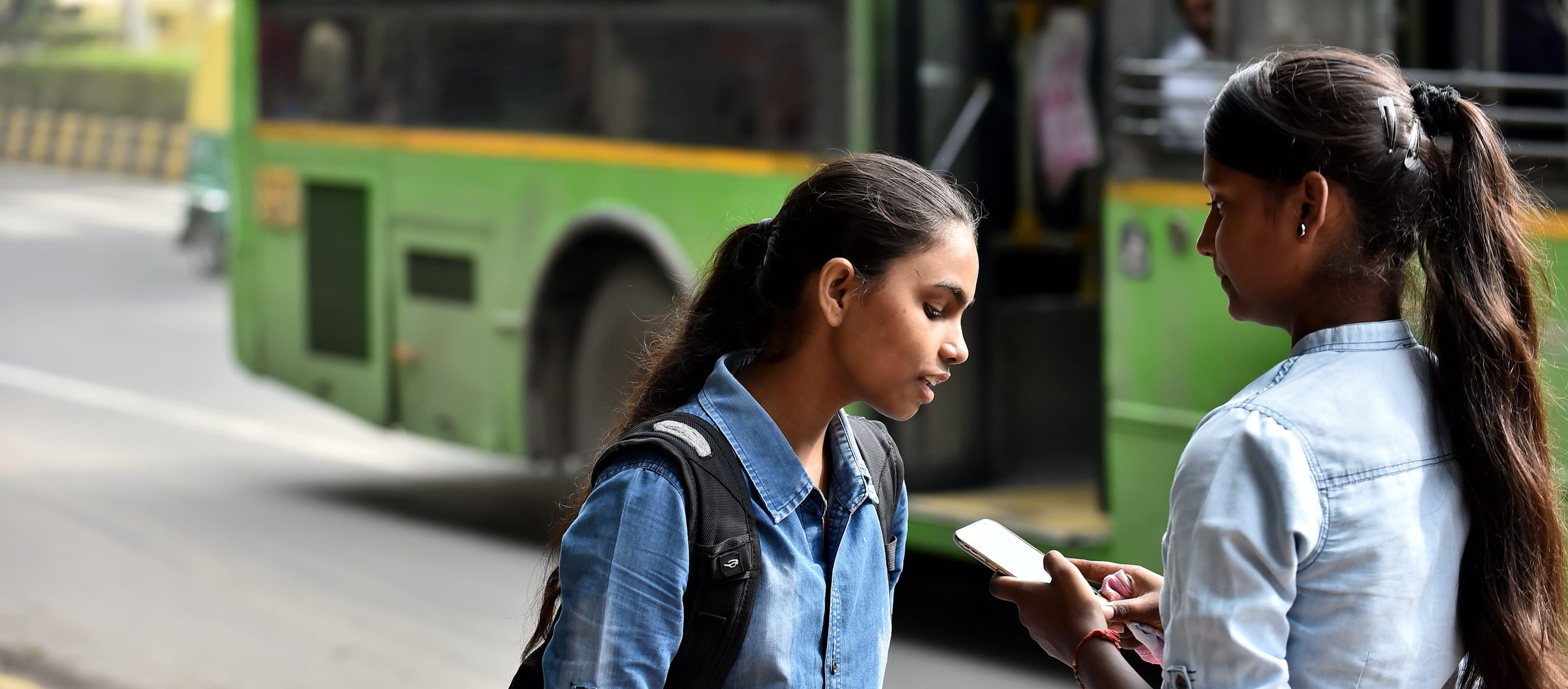 Ragazze scuole media con uno smartphone
