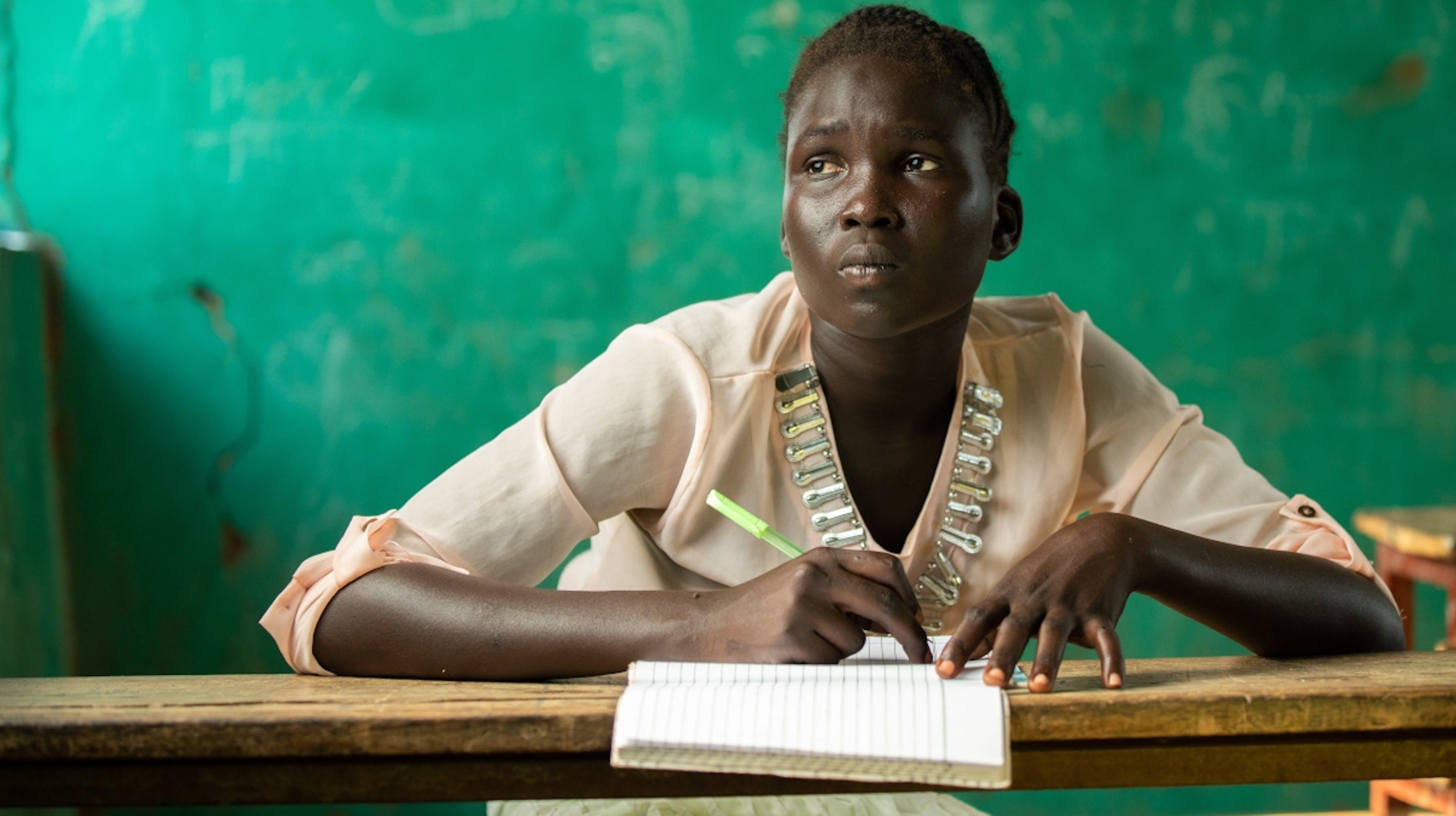 Etiopia, un ragazzo fuggito dal Sud Sudan, studia in una scuola comunitaria.