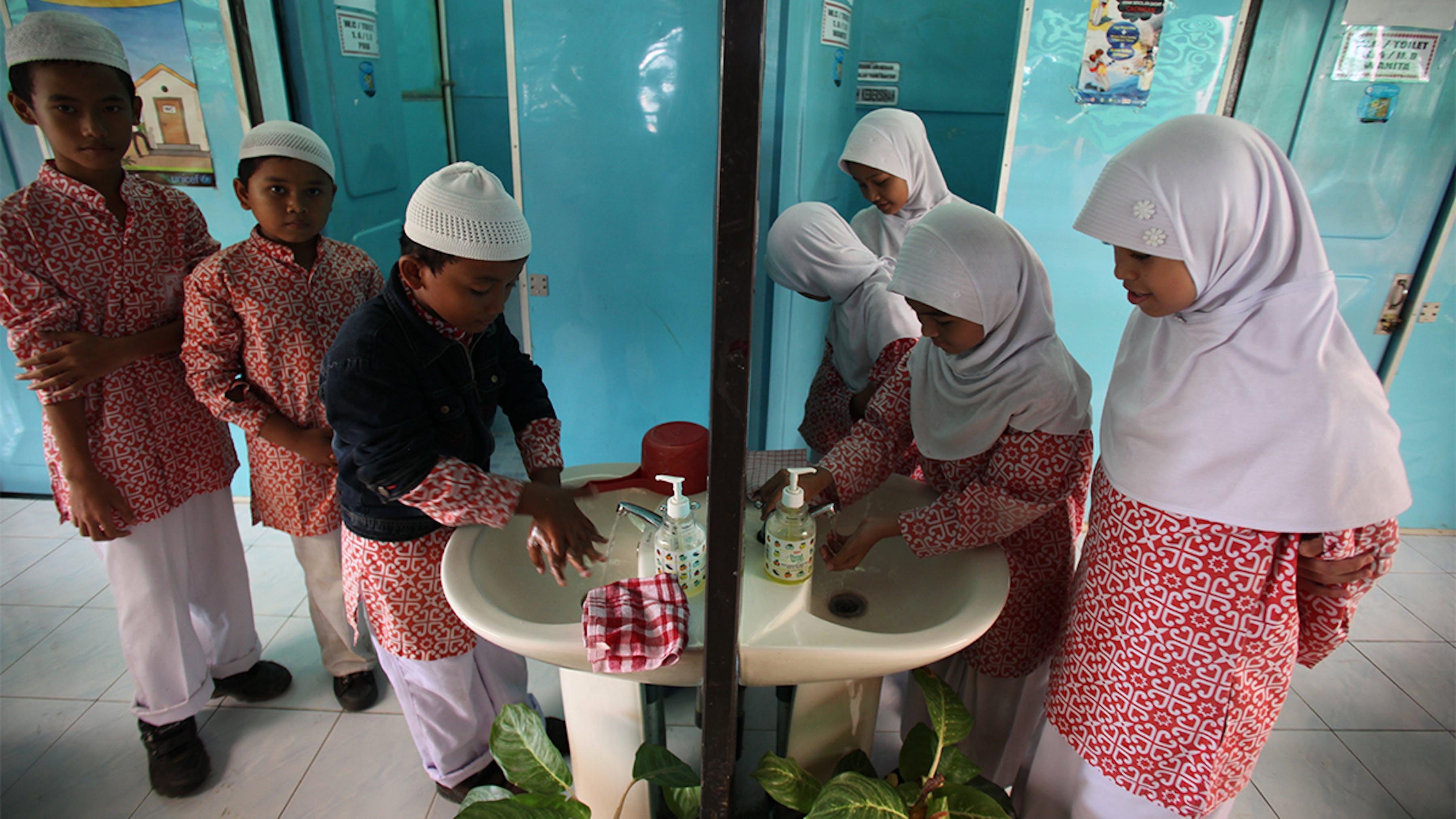 Indonesia, ragazzi e ragazze si lavano le mani in lavandini separati