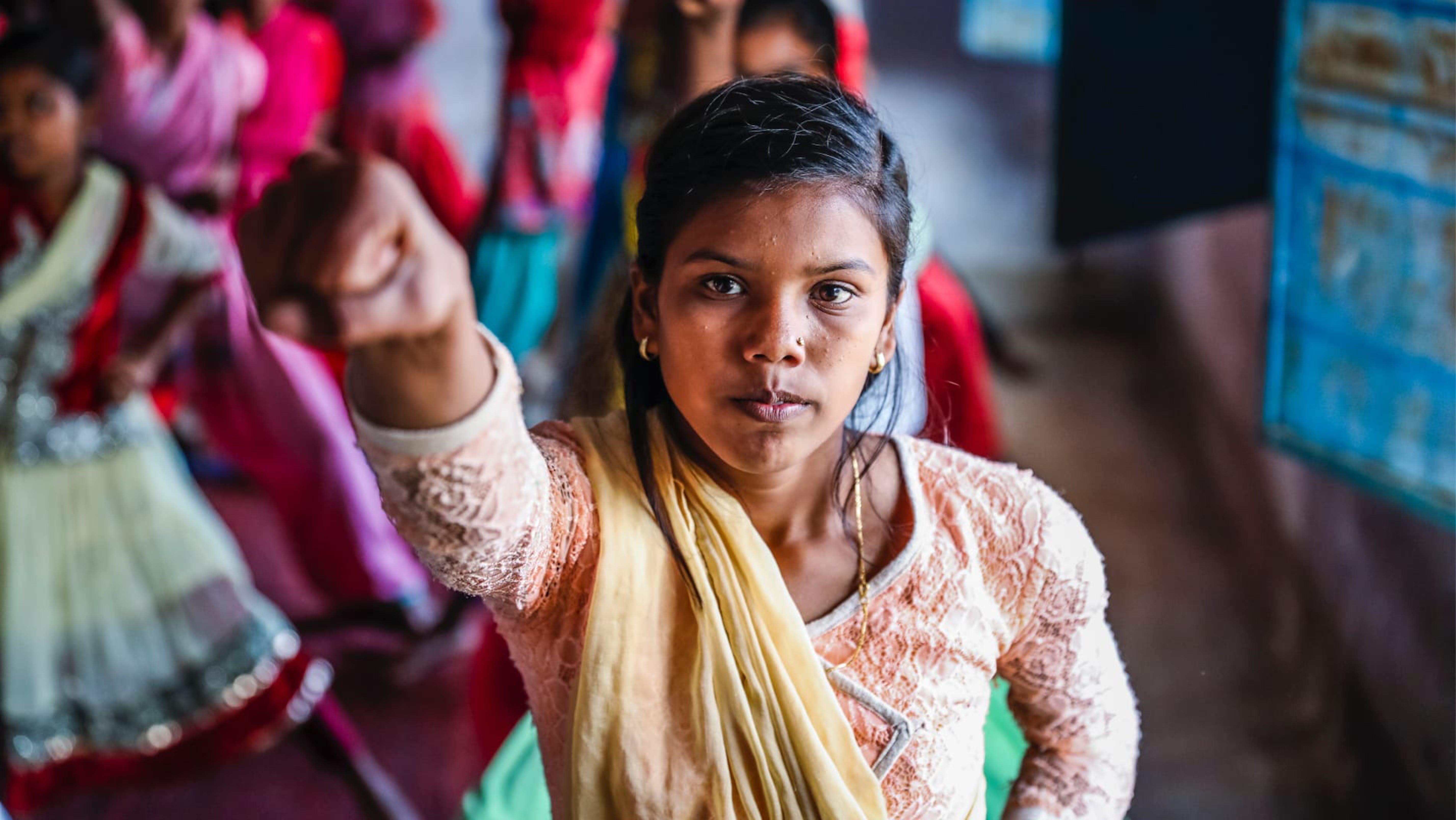 India, ragazze adoloscenti frequentano lezioni di Karate per imparare la difesa personale.