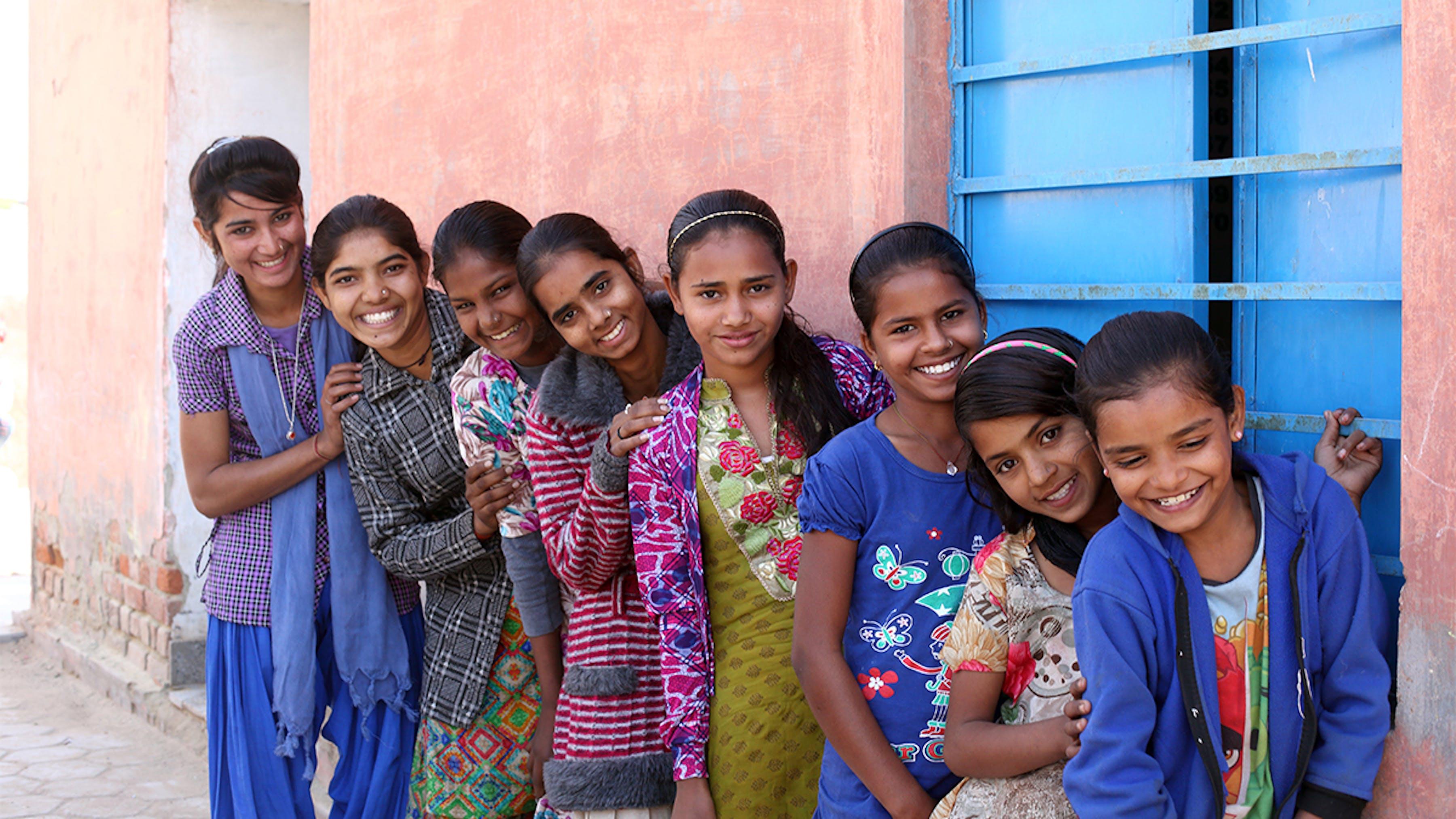 India, ragazze adolescenti in fila prima di una riunione presso il Centro Anganwadi.