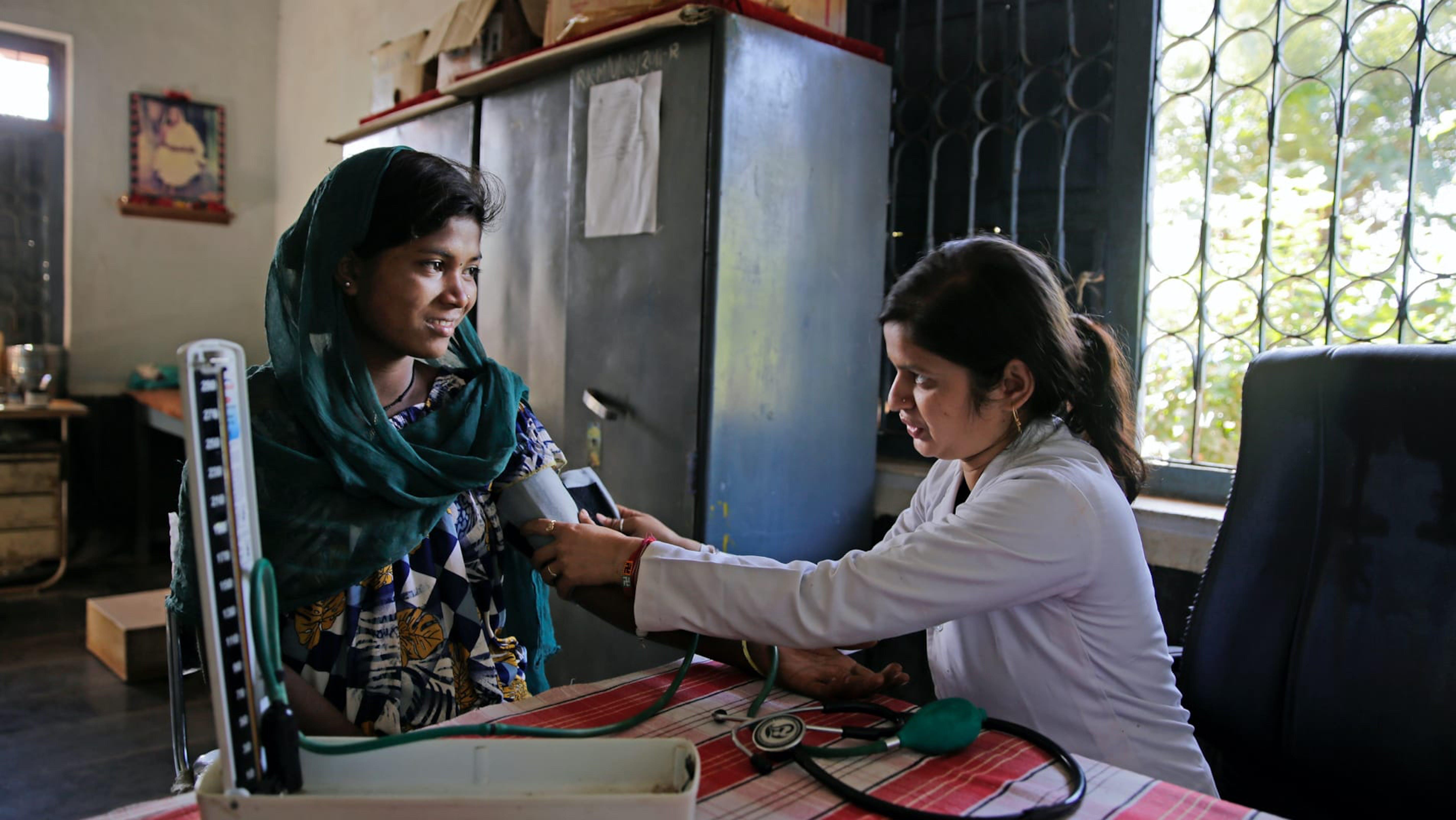 India, check-up di una madre incinta in un centro nutrizionale.